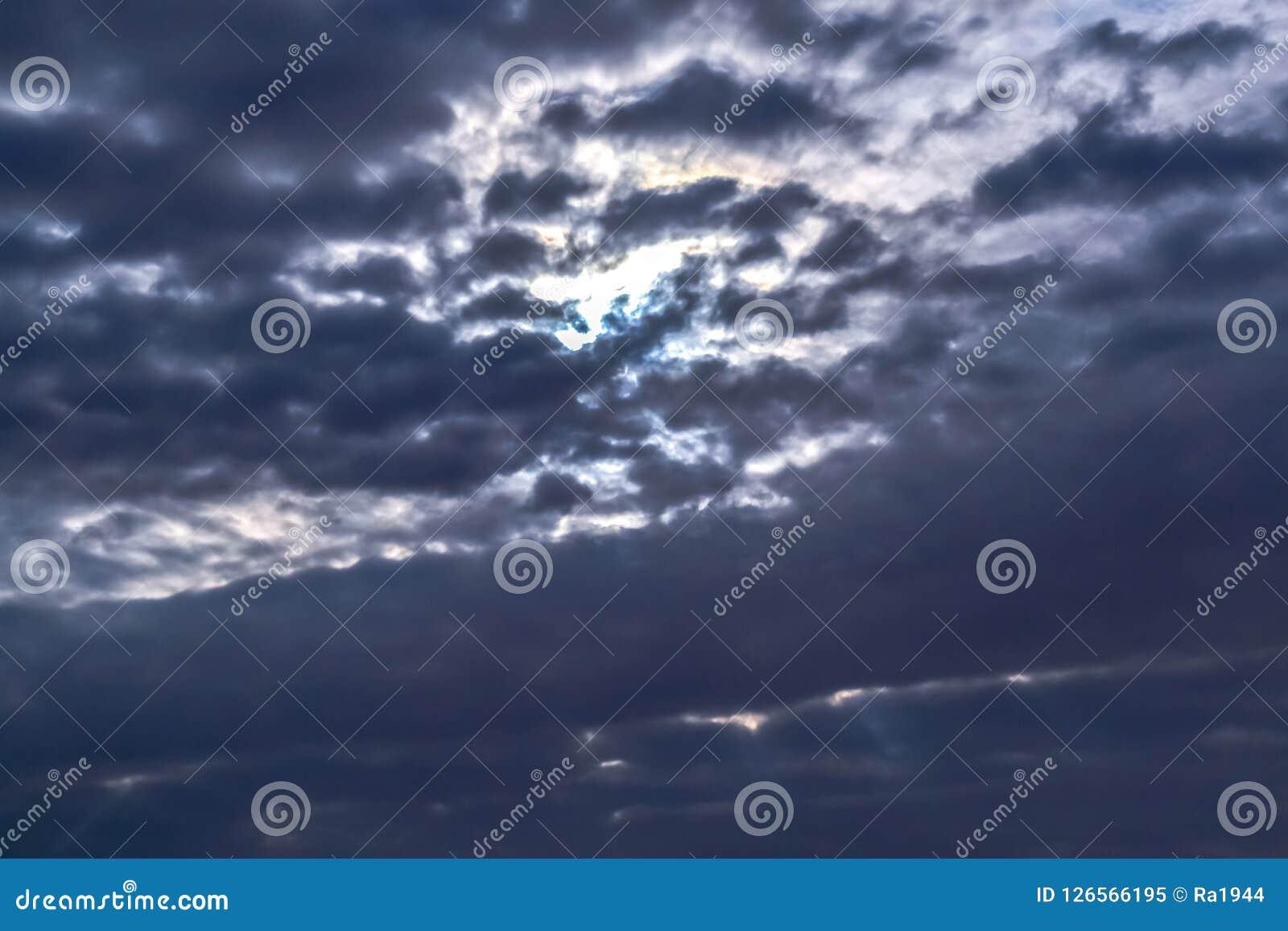 黑暗的暴风云有背景,在雷暴前的黑暗的云彩