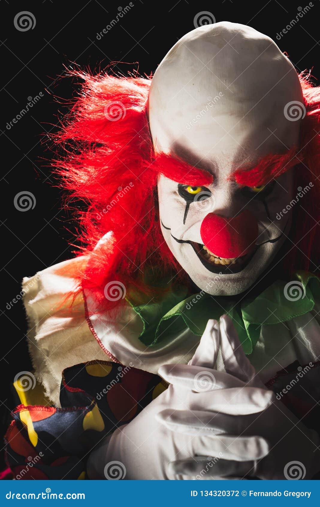 黑暗的背景的可怕小丑