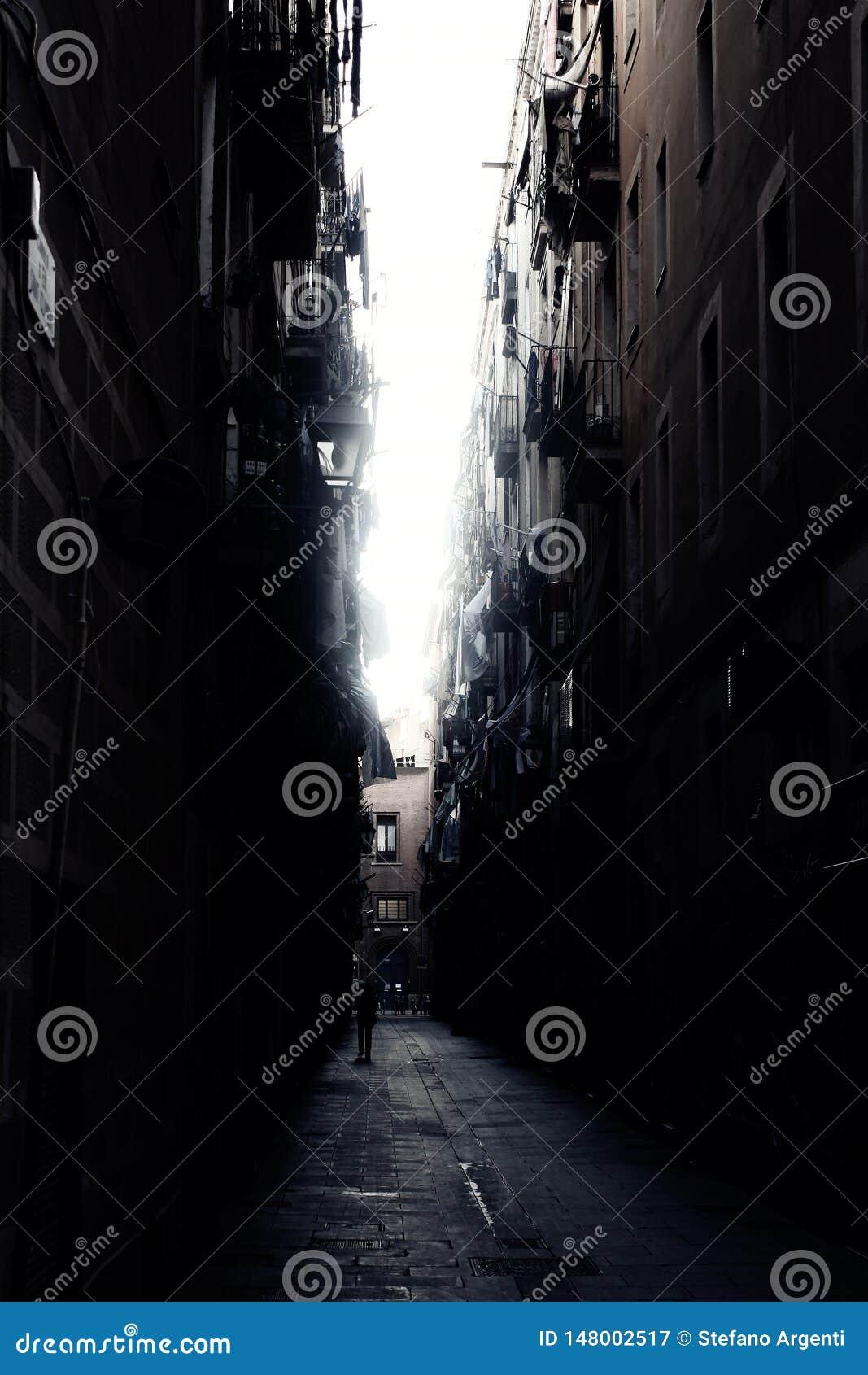 黑暗的胡同在巴塞罗那