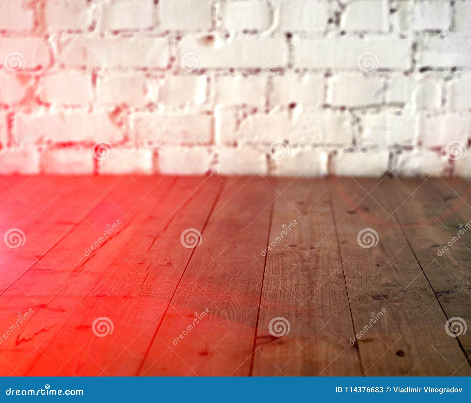 黑木地板和白色砖墙背景 复制与太阳光光晕的空间 定调子