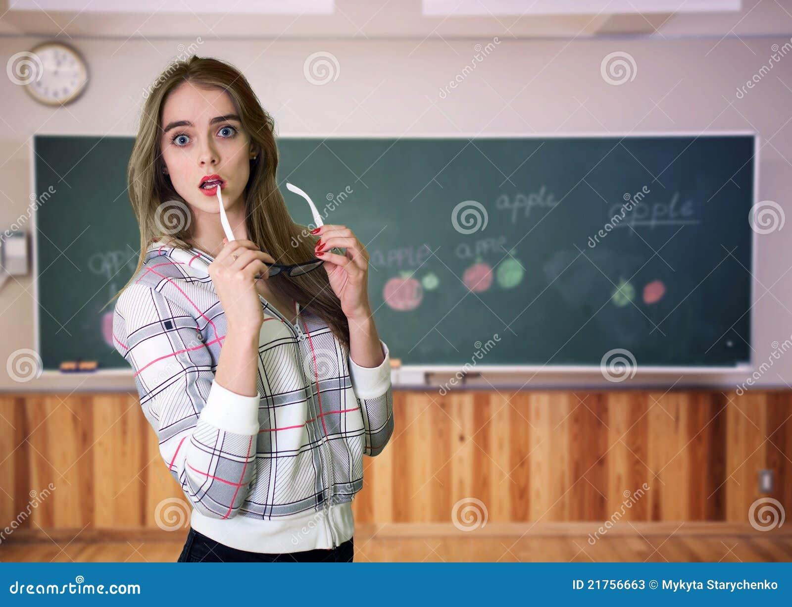 黑板前教师年轻人