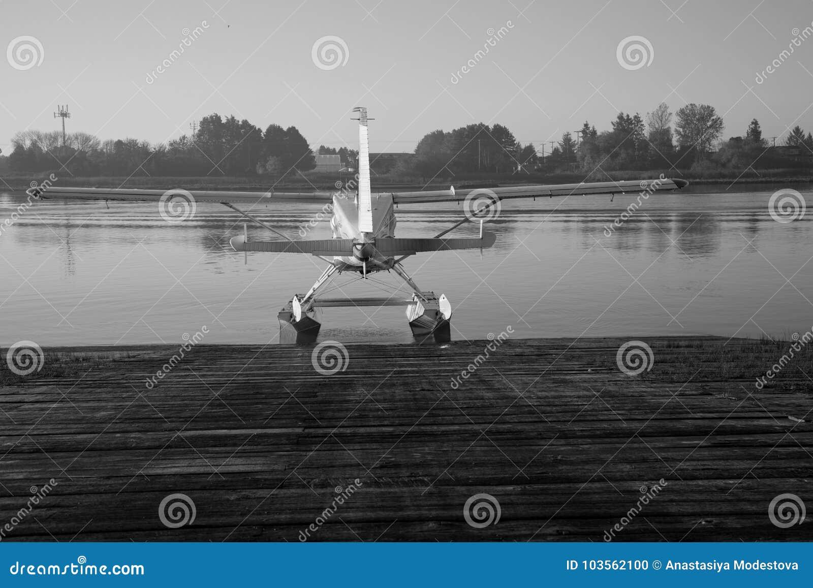 黑白水上飞机准备好飞行水背景