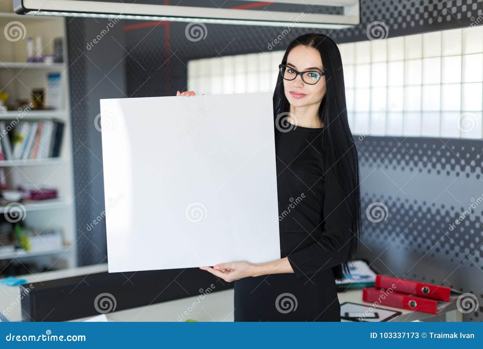 黑礼服的美丽的年轻女实业家和玻璃拿着空的海报