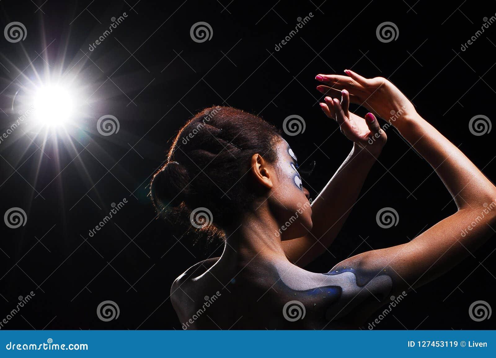 黑背景的非洲黑人妇女与光
