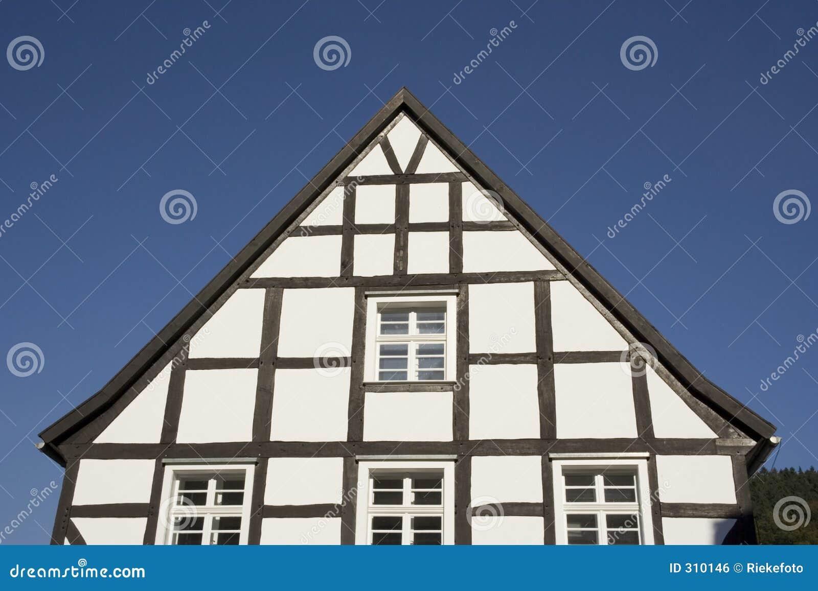 黑色山墙半房子用了木材建造白色