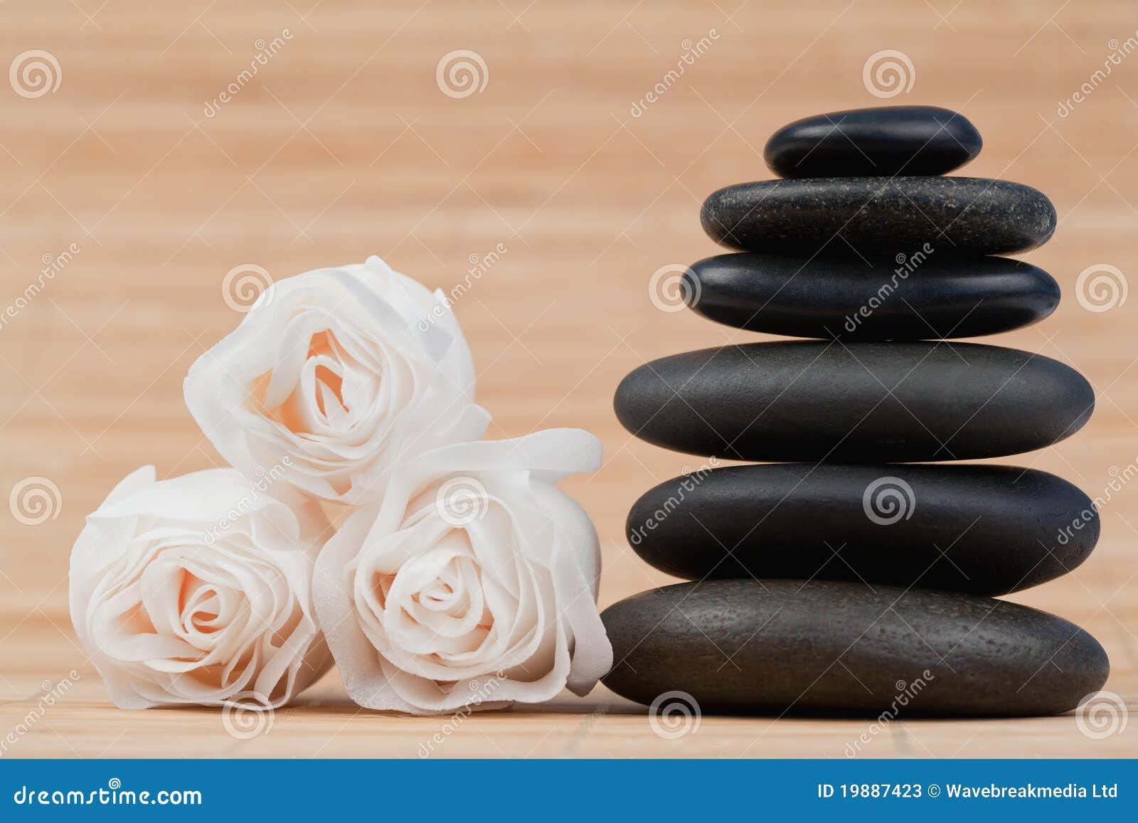 黑色接近的小卵石玫瑰加起