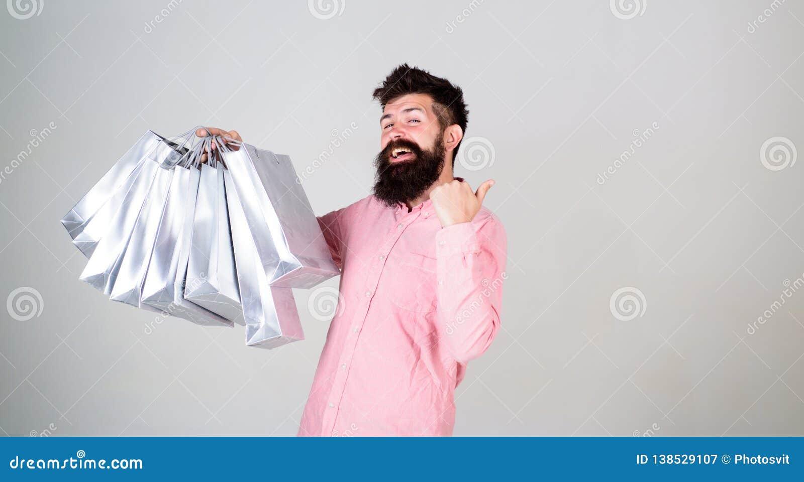 黑色星期五购物 与束纸袋的愉快的购物 有益的交易 购物的上瘾的消费者 全面销售