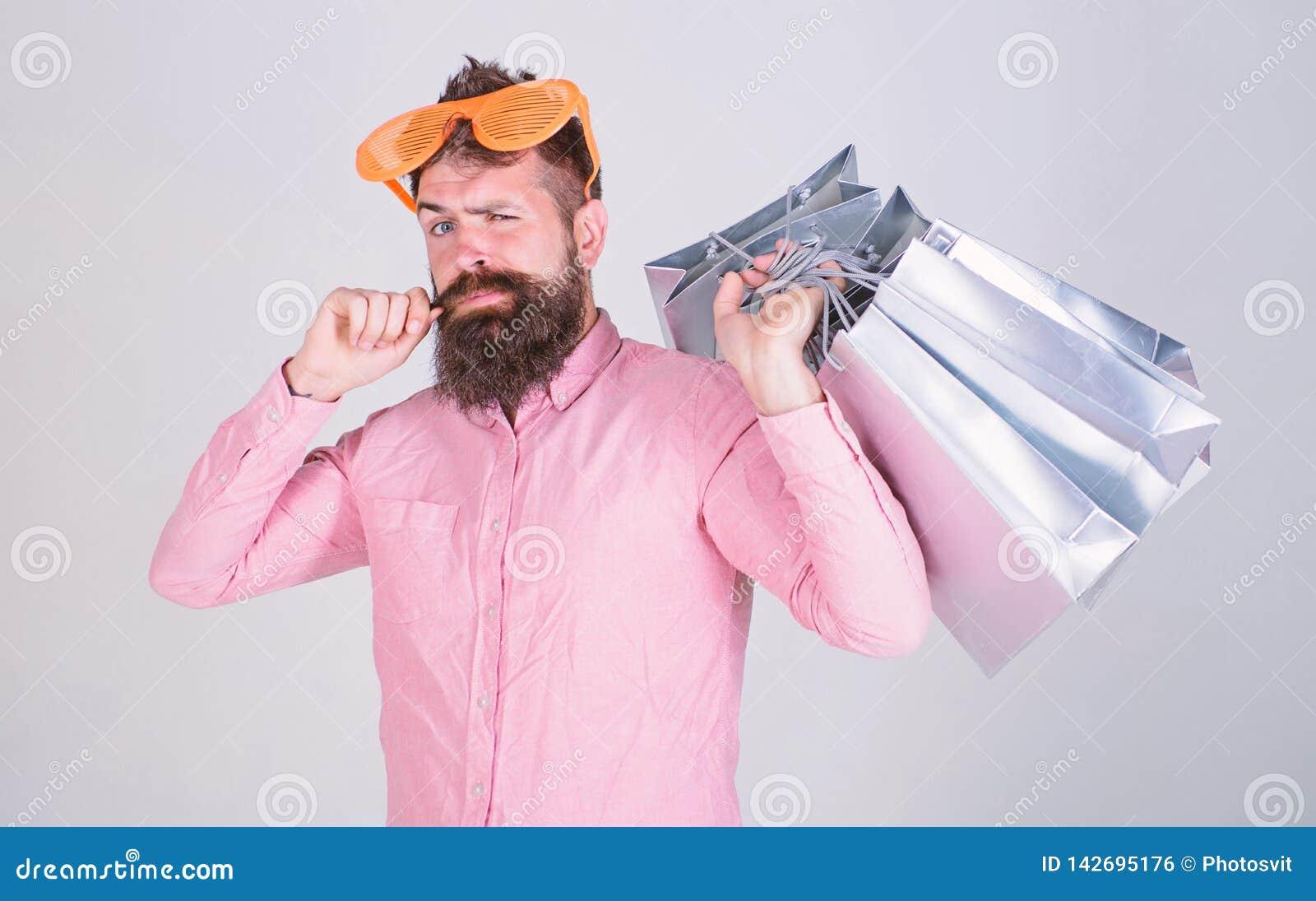 黑色星期五购物 与束纸袋的愉快的购物 购物的上瘾的消费者 人有胡子的行家穿戴