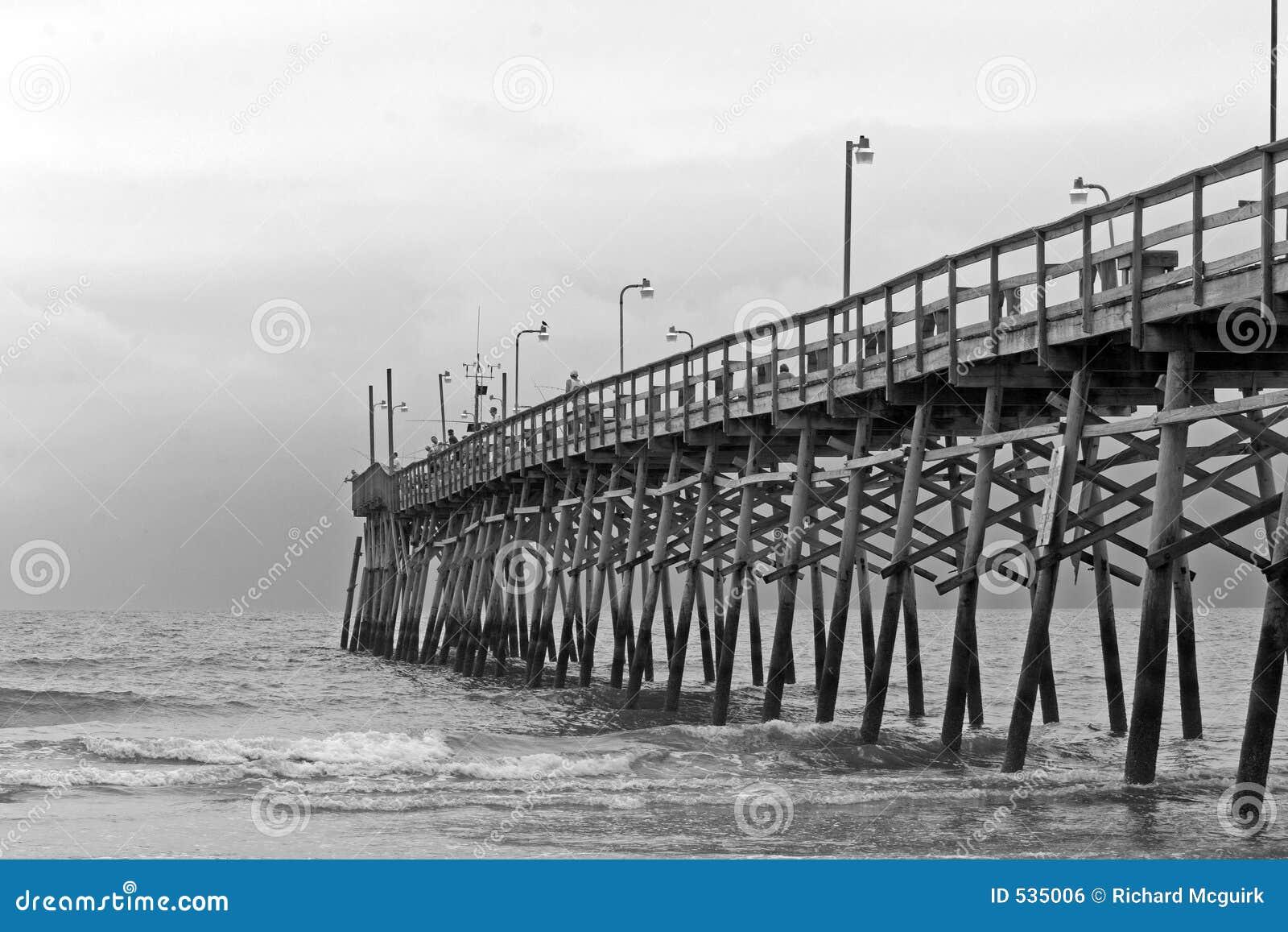 Download 黑色码头白色 库存照片. 图片 包括有 投反对票, 空白, 天空, 体育运动, 风暴, 捕鱼, 海景, 海浪 - 535006