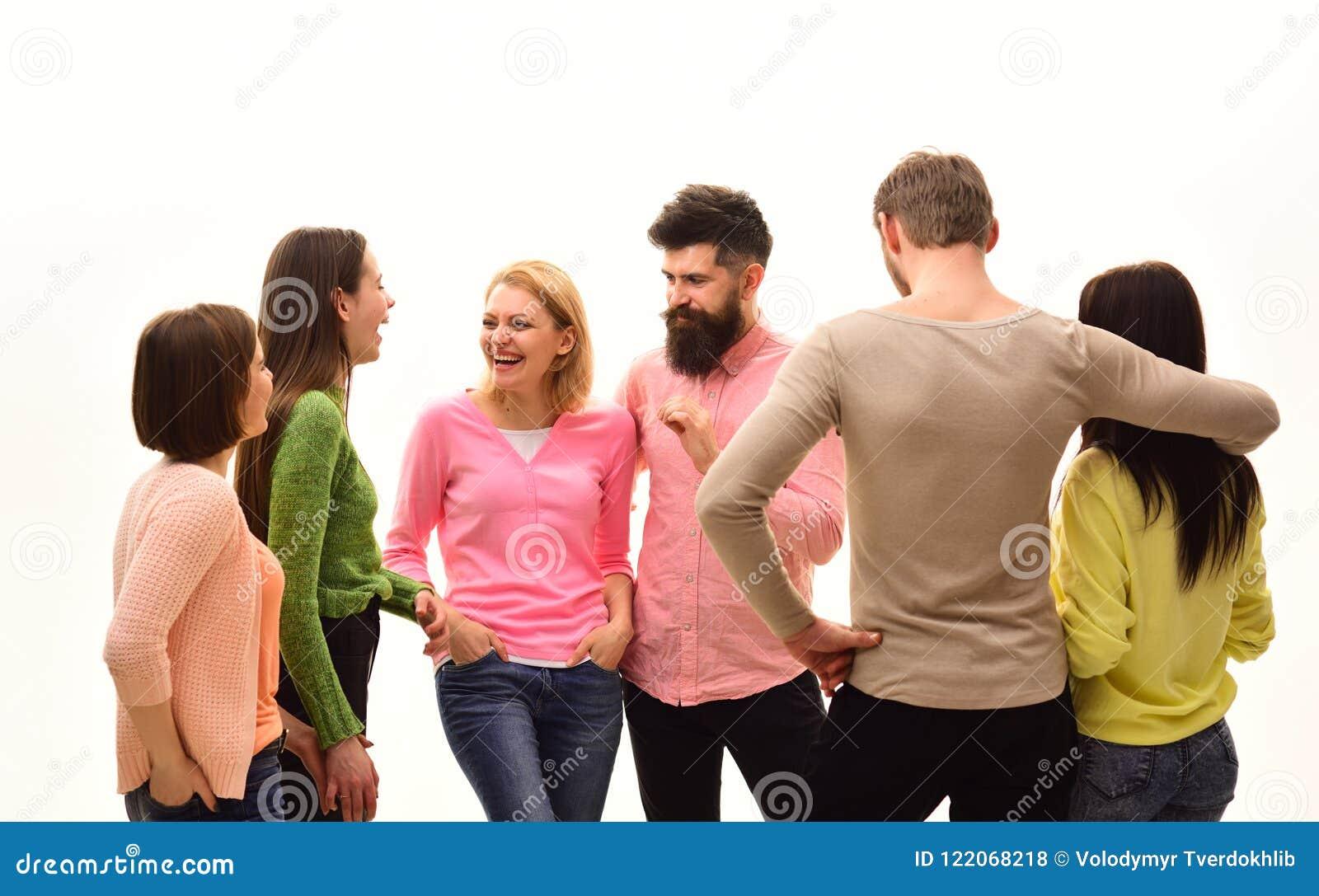 黑色通信概念收货人电话 青年时期,朋友和夫妇讲话 青年人一起花费休闲,快乐的公司垂悬