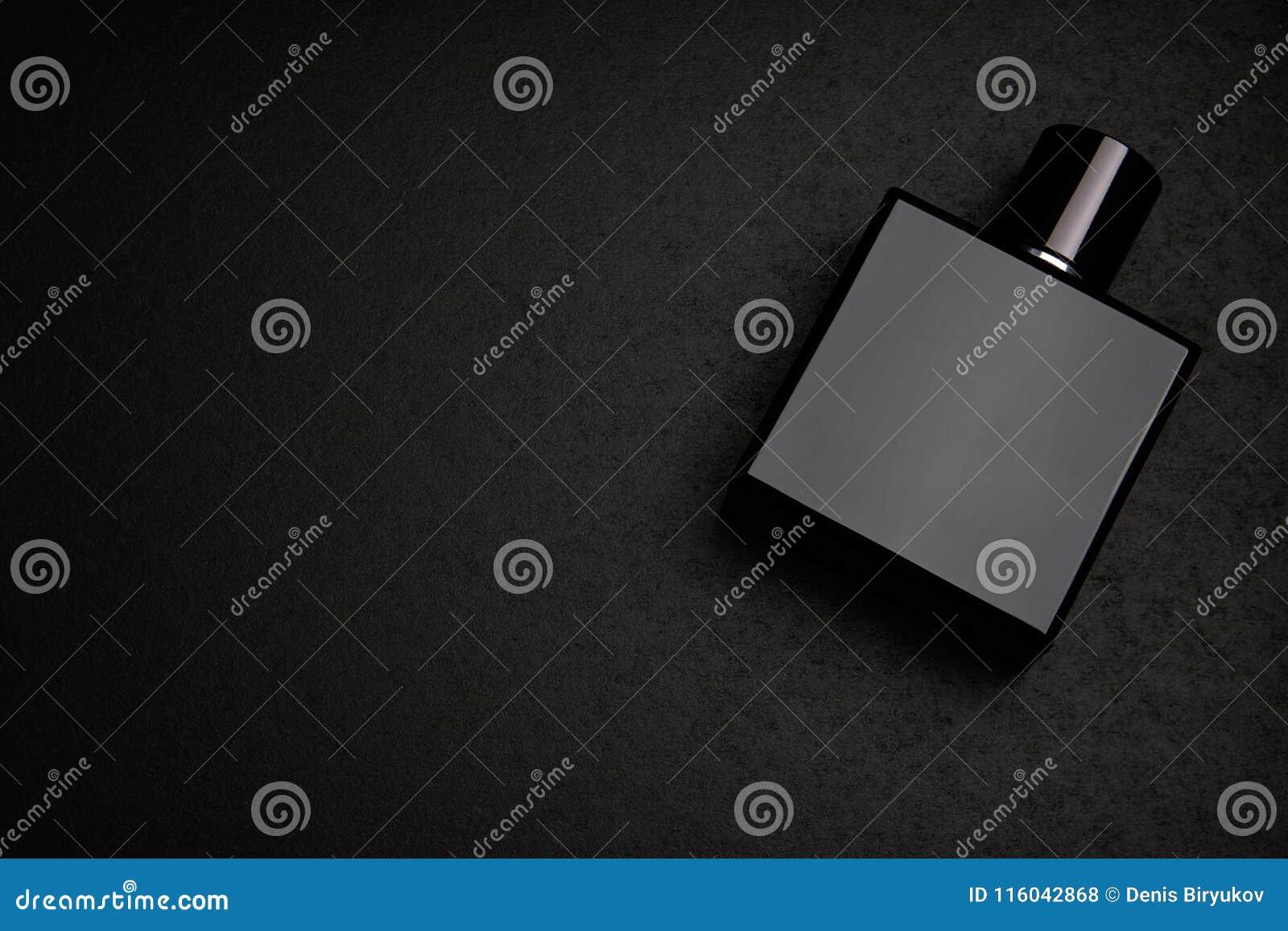 黑芬芳香水瓶大模型大模型在黑暗的空的背景的 顶视图 水平