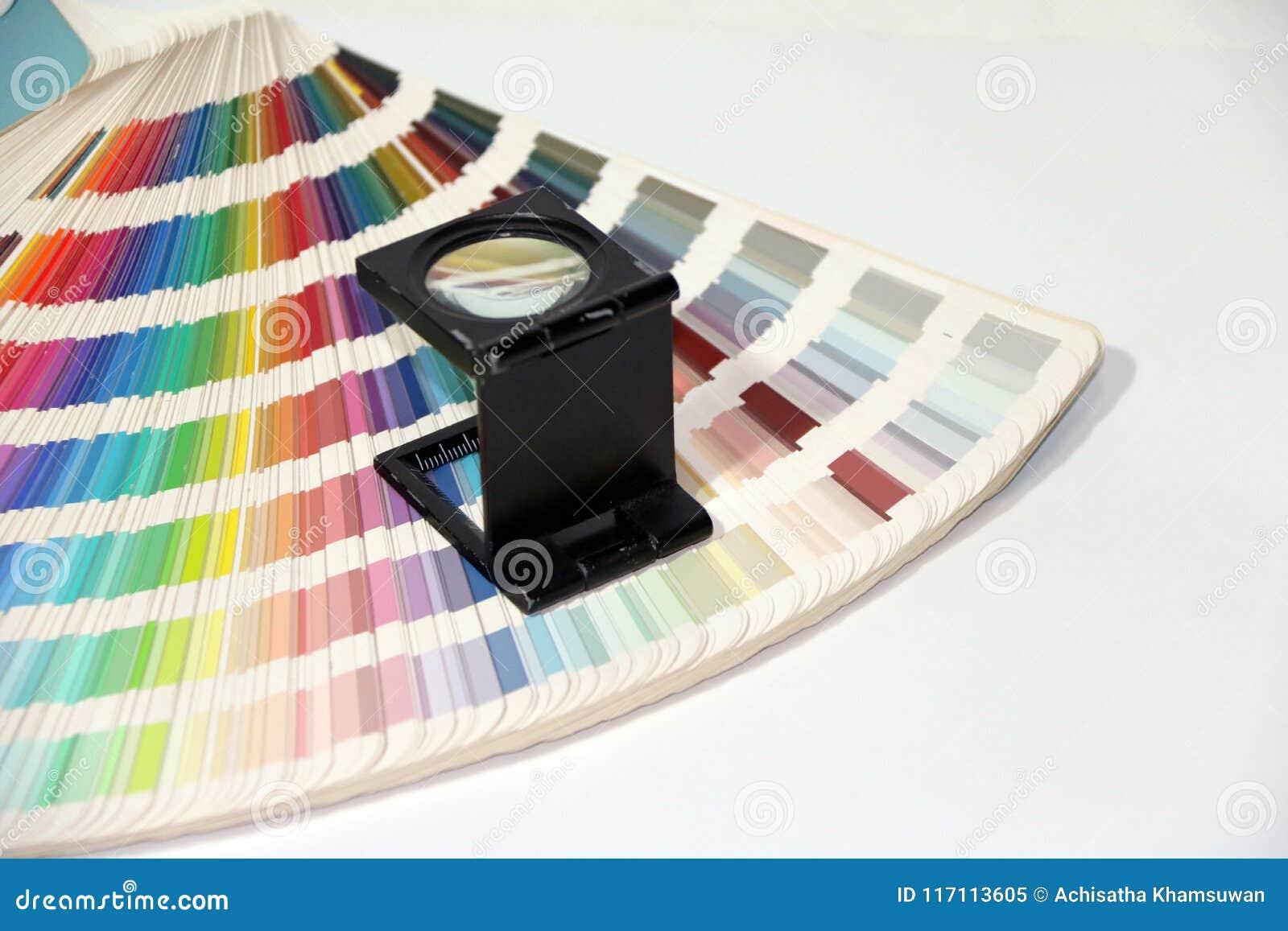 黑角规放大镜和彩虹抽样色板显示编目