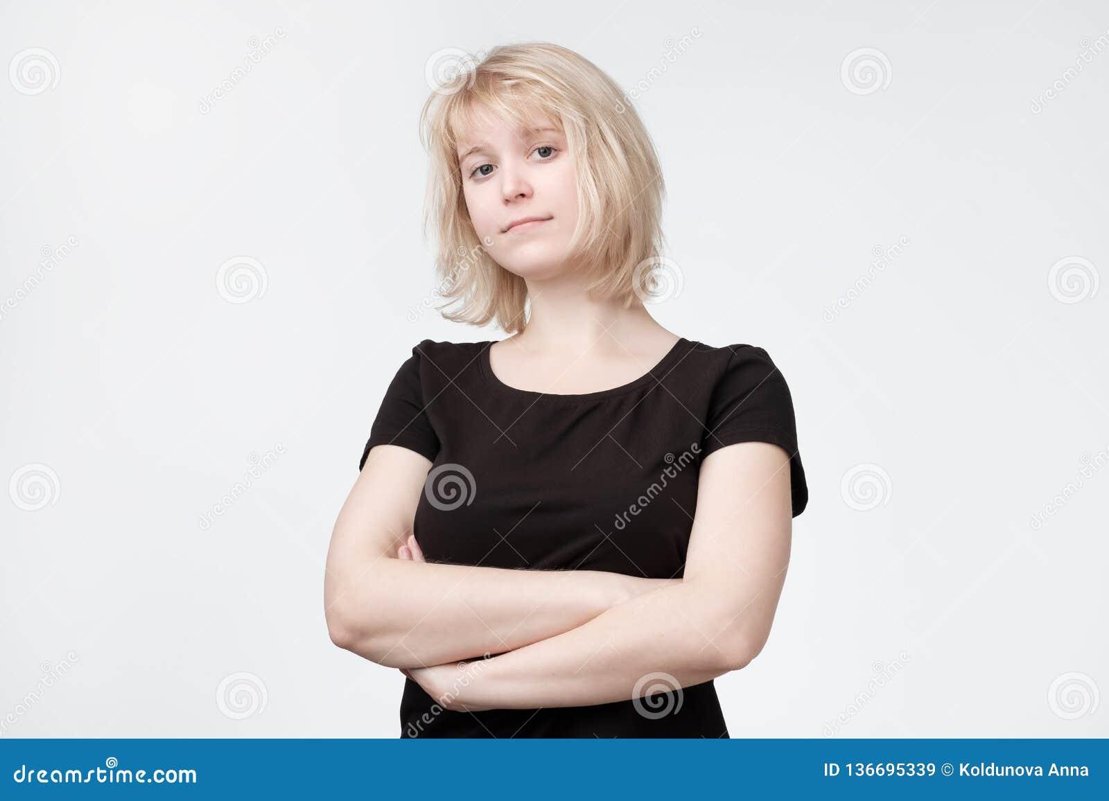 黑T恤杉的可爱的迷茫的白肤金发的妇女