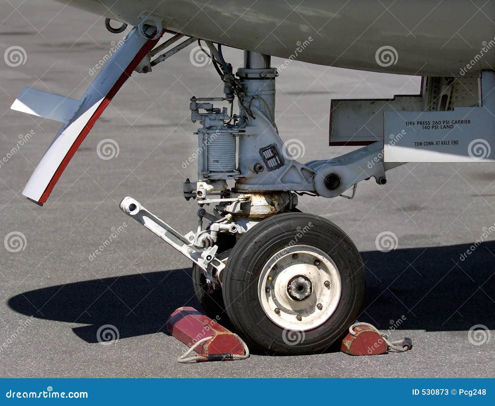 Download 齿轮着陆 库存图片. 图片 包括有 军事, 着陆, 海军, 齿轮, 机场, alameda, 轮胎, 飞机, 轮子 - 530873