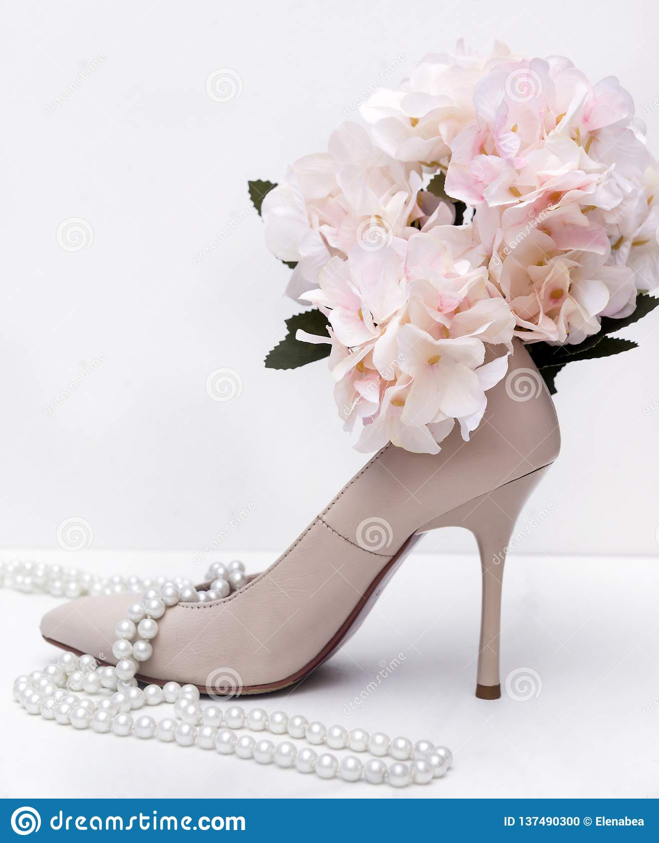 1,白人妇女的短剑鞋子,珍珠,项链,花,八仙花属