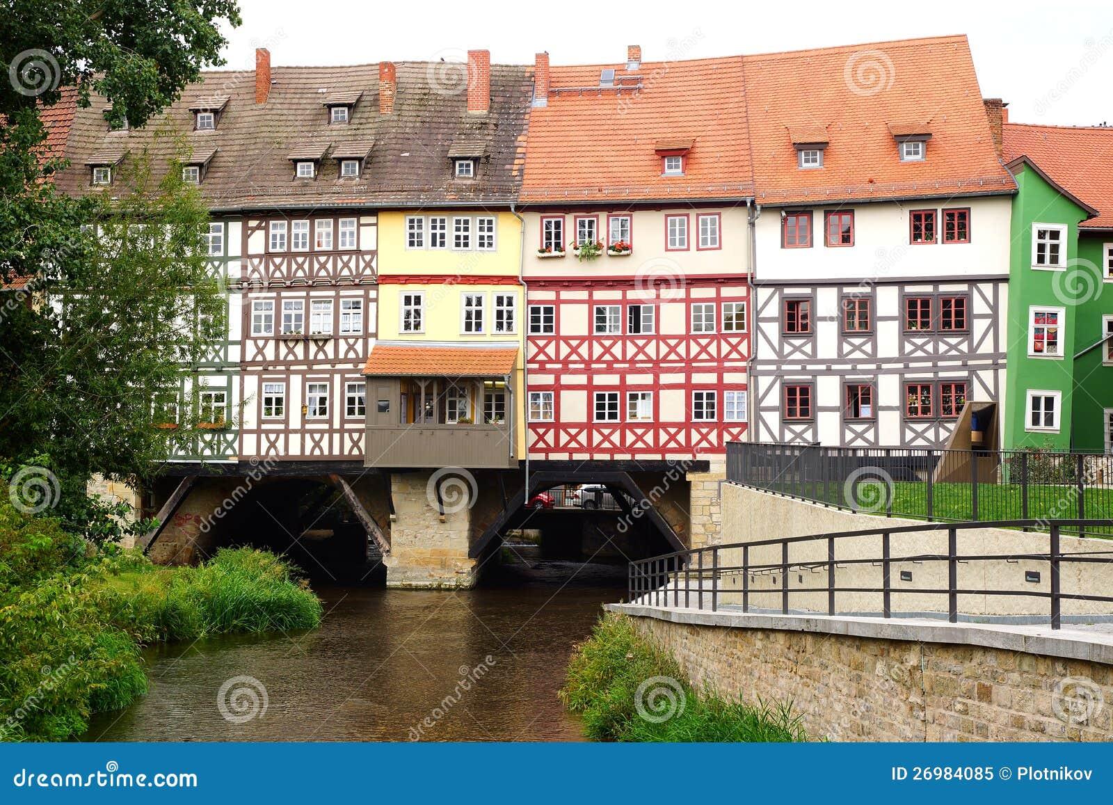 有贸易商的桥梁的老fachwerk房子。 埃福特,德国。