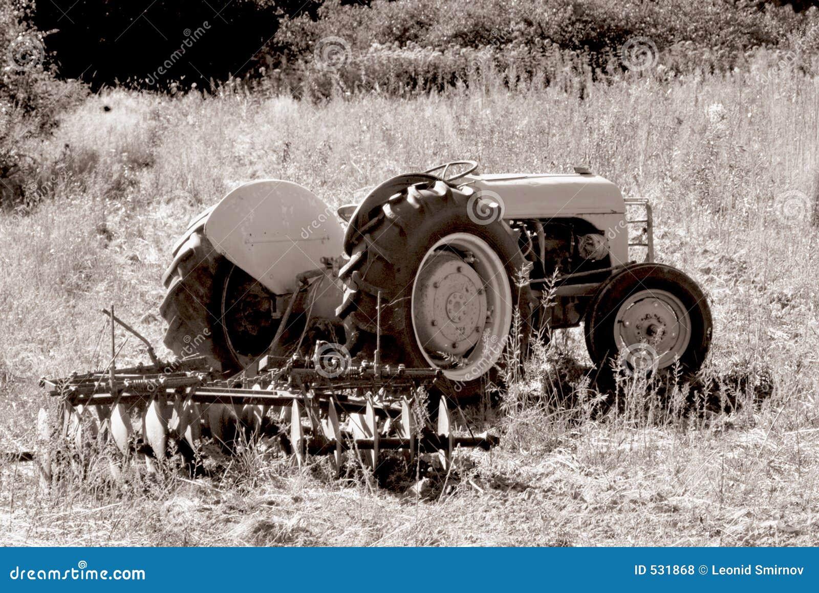 Download 1台老拖拉机 库存照片. 图片 包括有 设备, 犁耙, 农田, 反气旋, 灰色, 投反对票, 收获, 大农场 - 531868