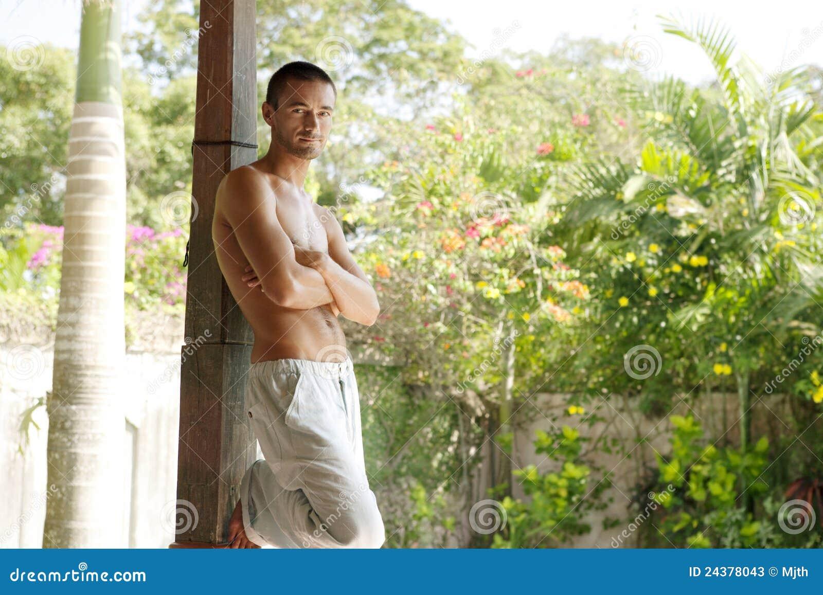 1 κλίνοντας άτομο κήπων στηλών του Μπαλί τροπικό