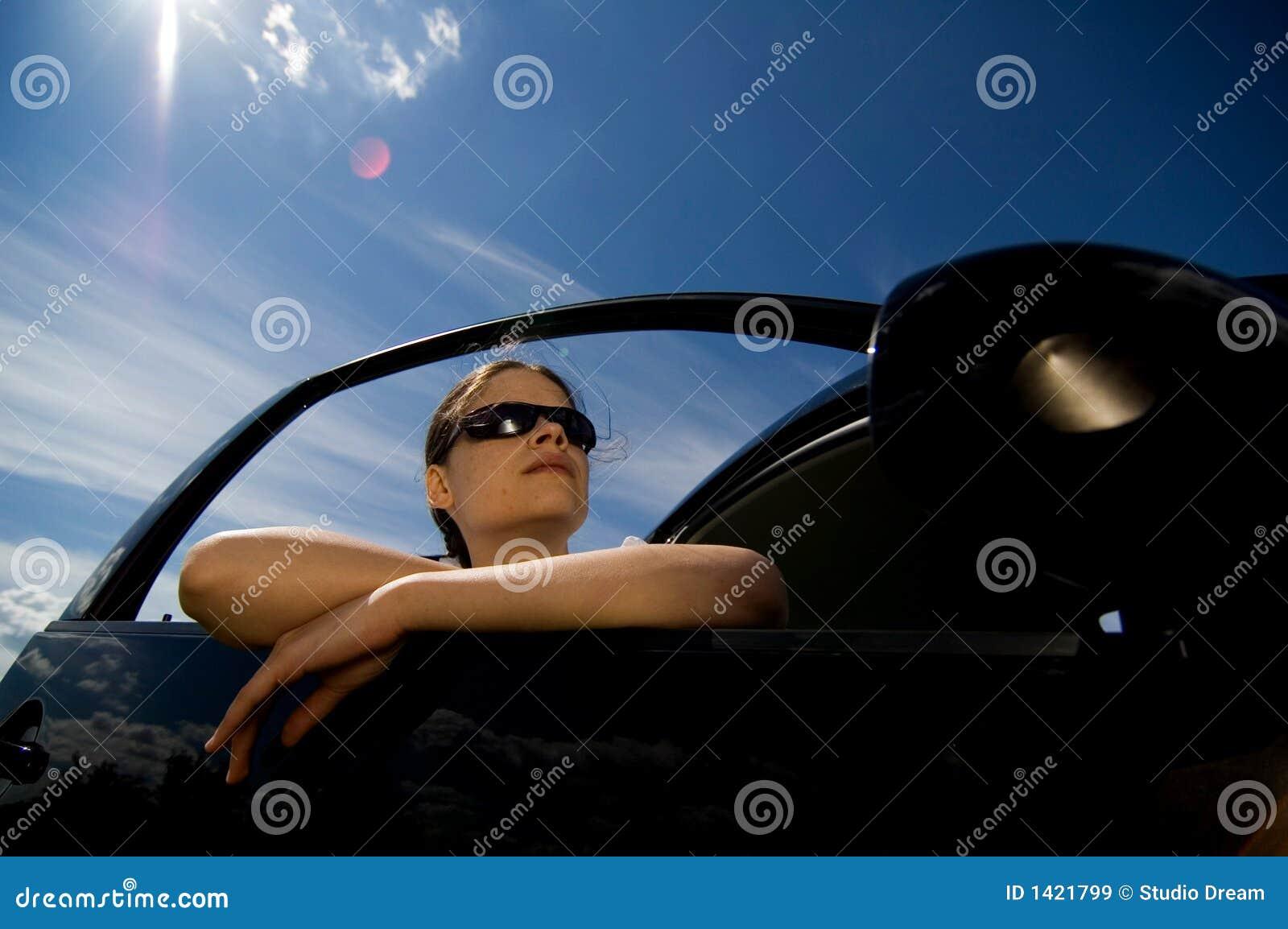 1 женщина автомобиля