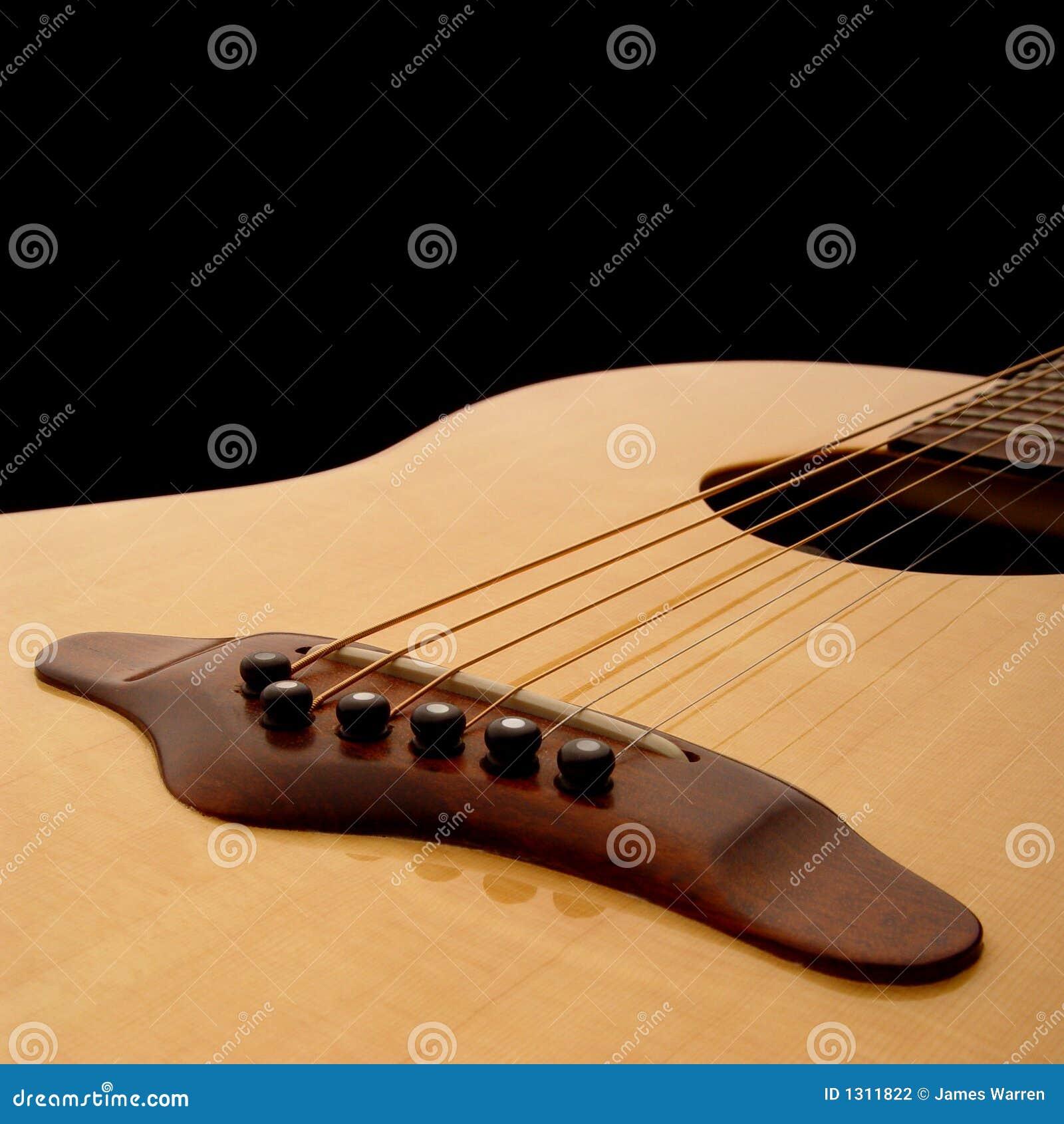 1 akustyczną gitarę ciała