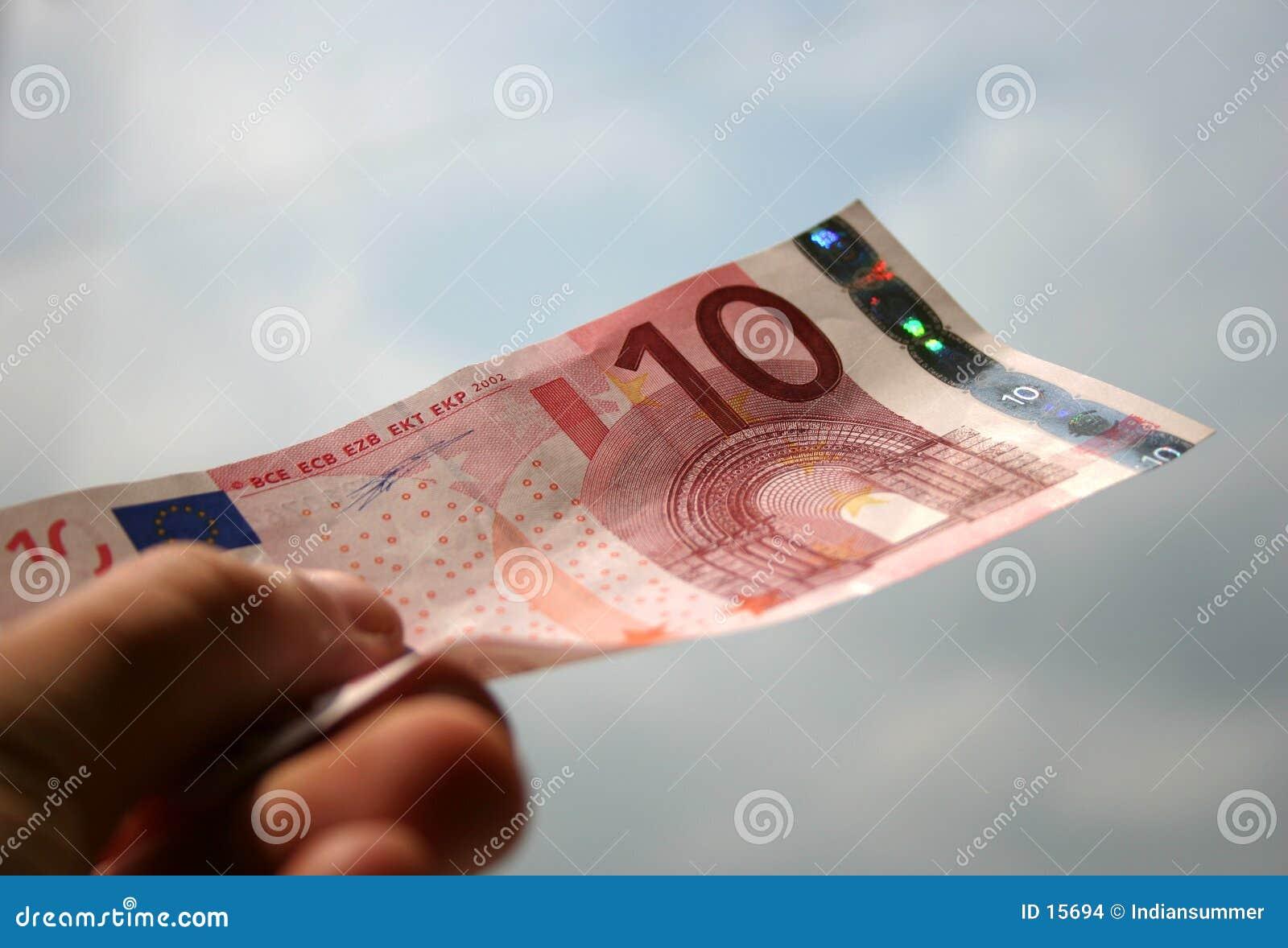 10 banknotów euro w zamkniętych