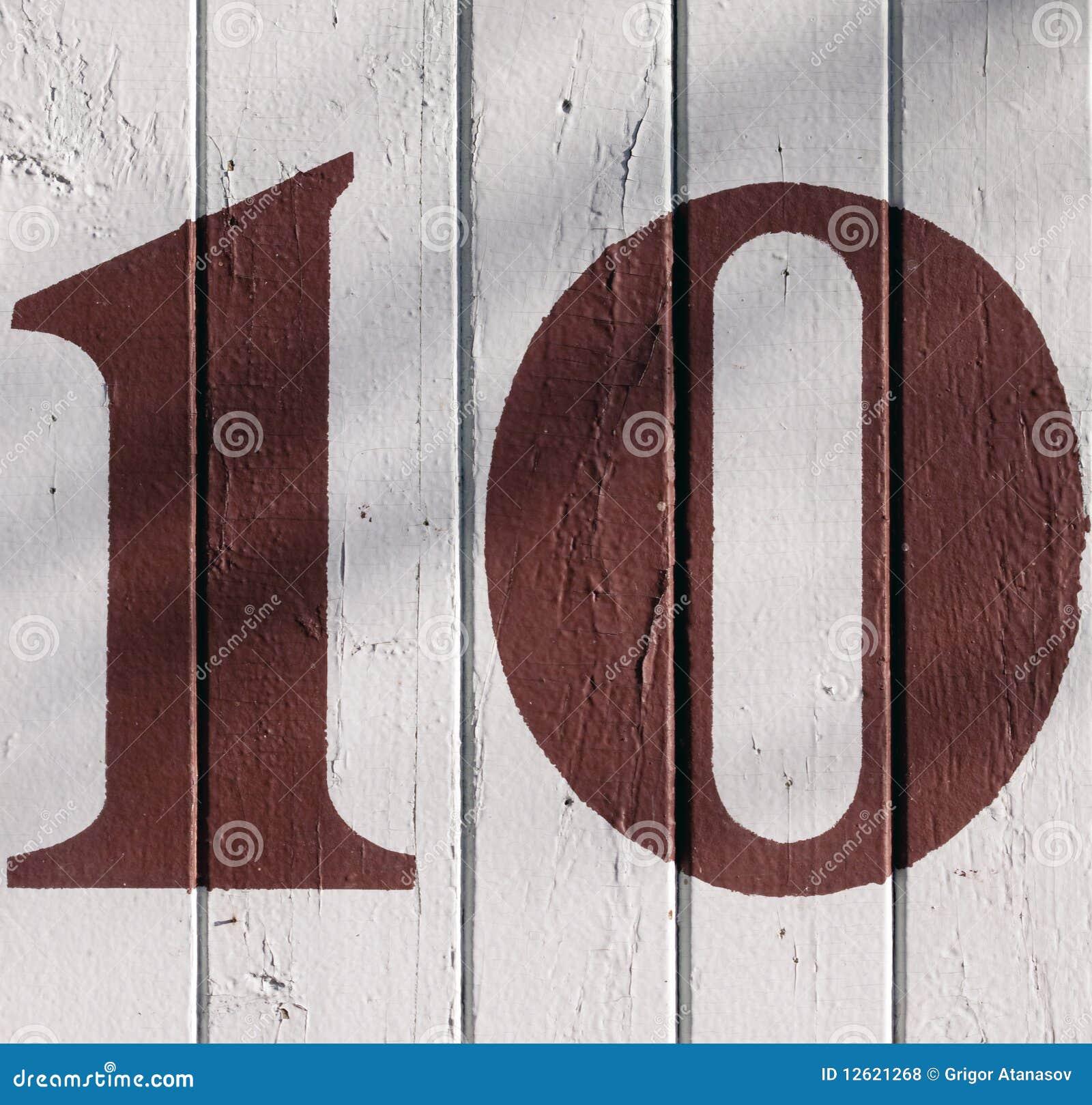 10 em uma parede rachada