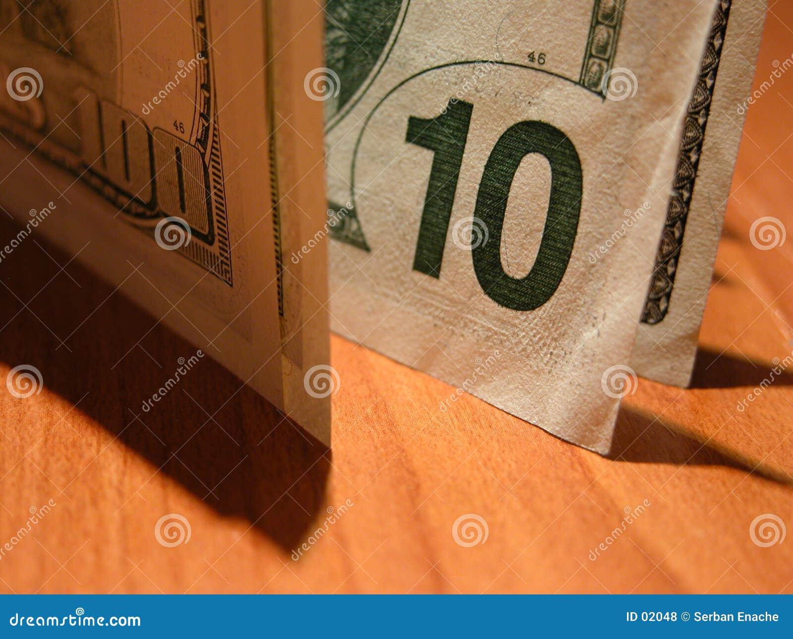 100 banknotów cień 10 dolarów.
