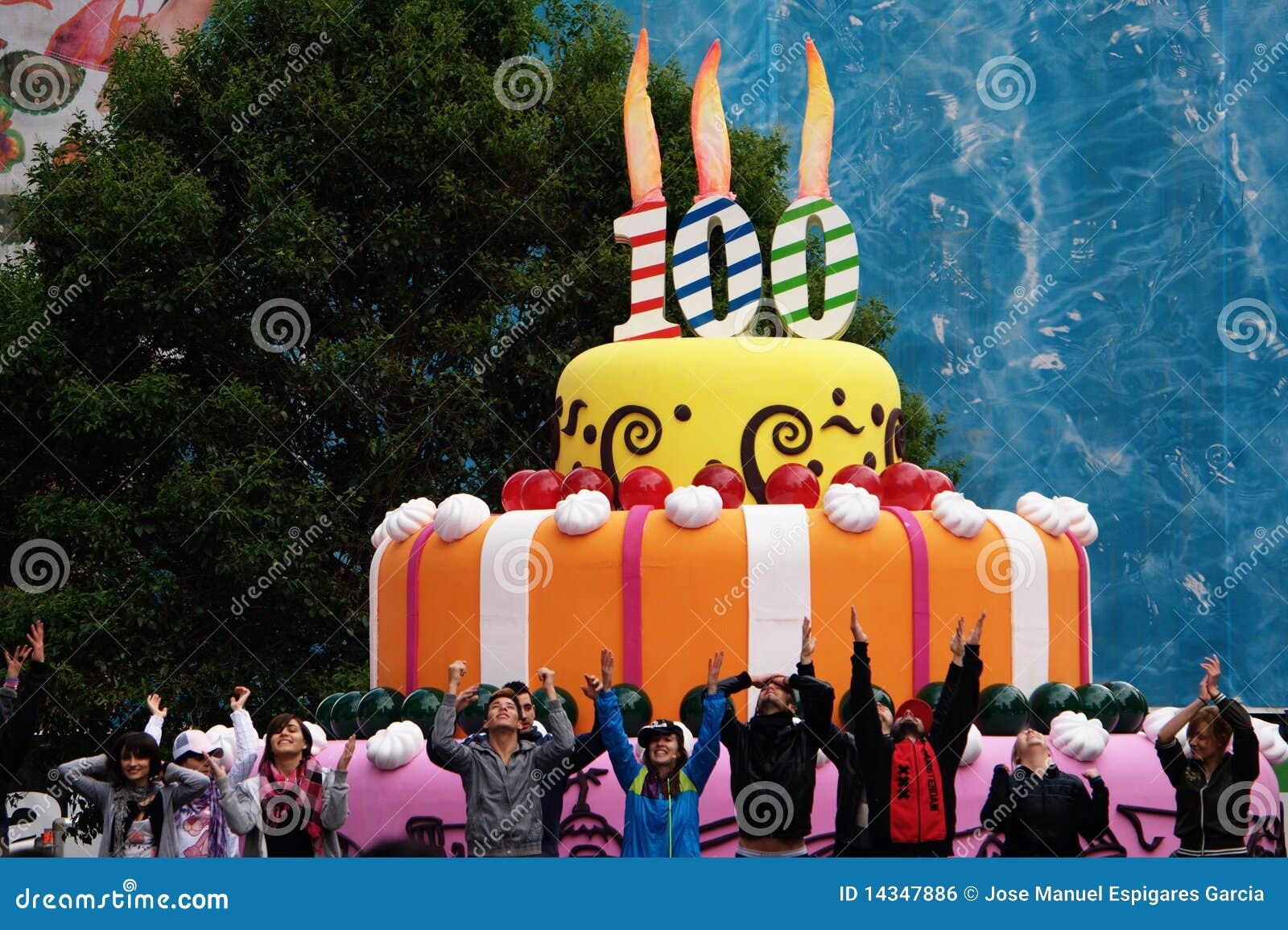 100ste Verjaardag Redactionele Foto Afbeelding Bestaande Uit Cake