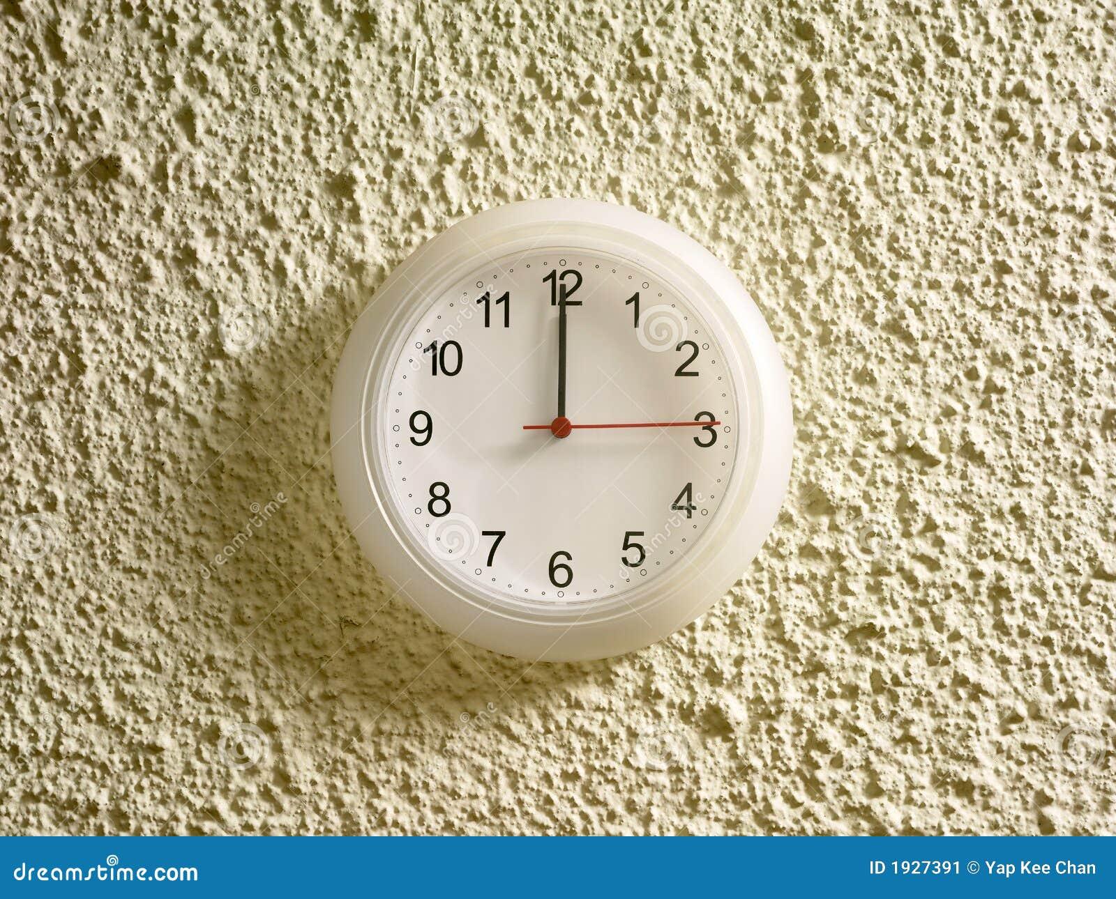 12.00 P.M. en el reloj