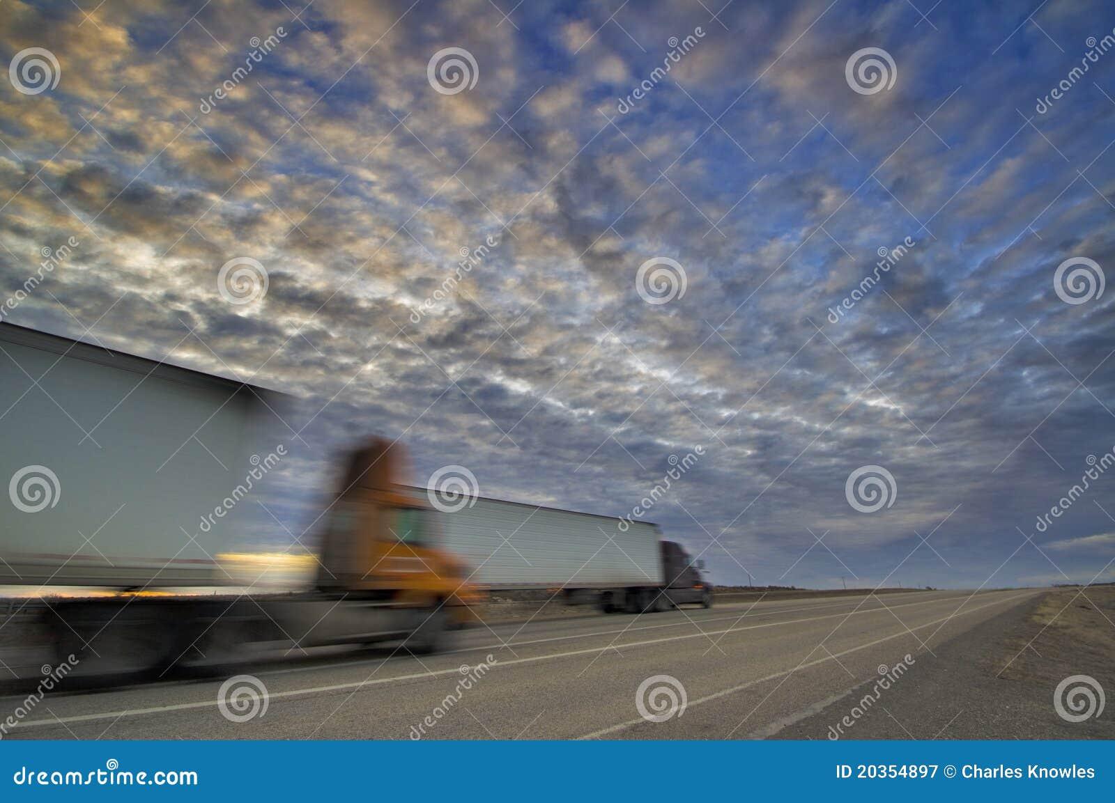 18 ner heading huvudvägsolnedgångperson som drar en skottkärra