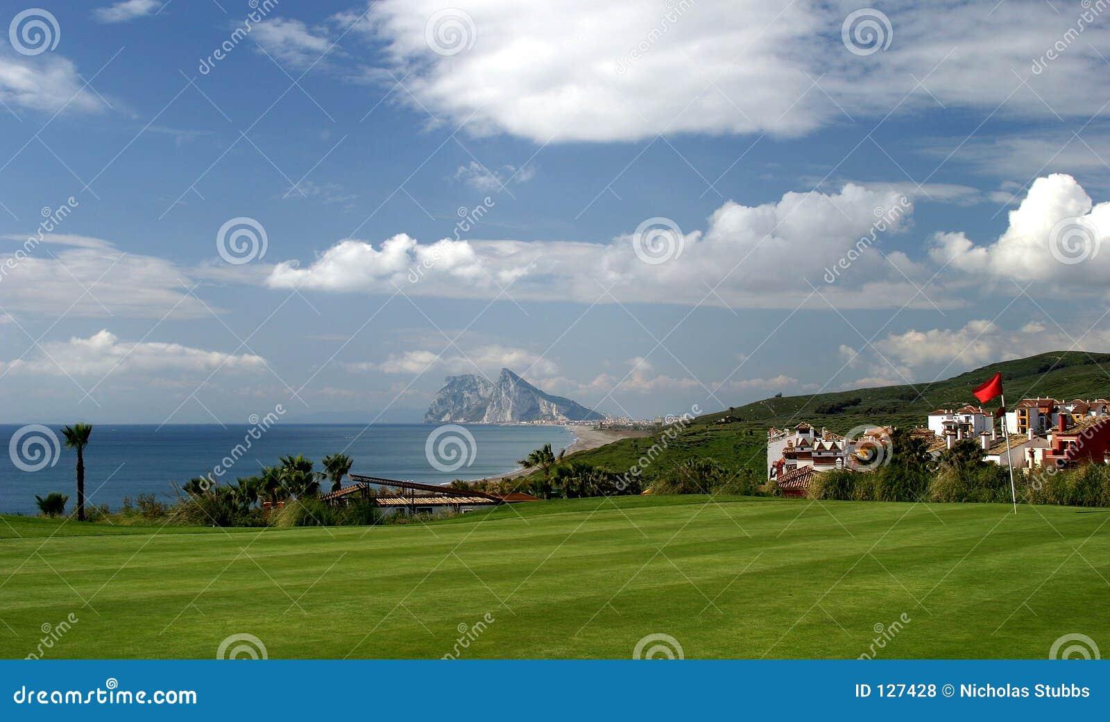18th зеленый цвет гольфа Гибралтара курса к взглядам