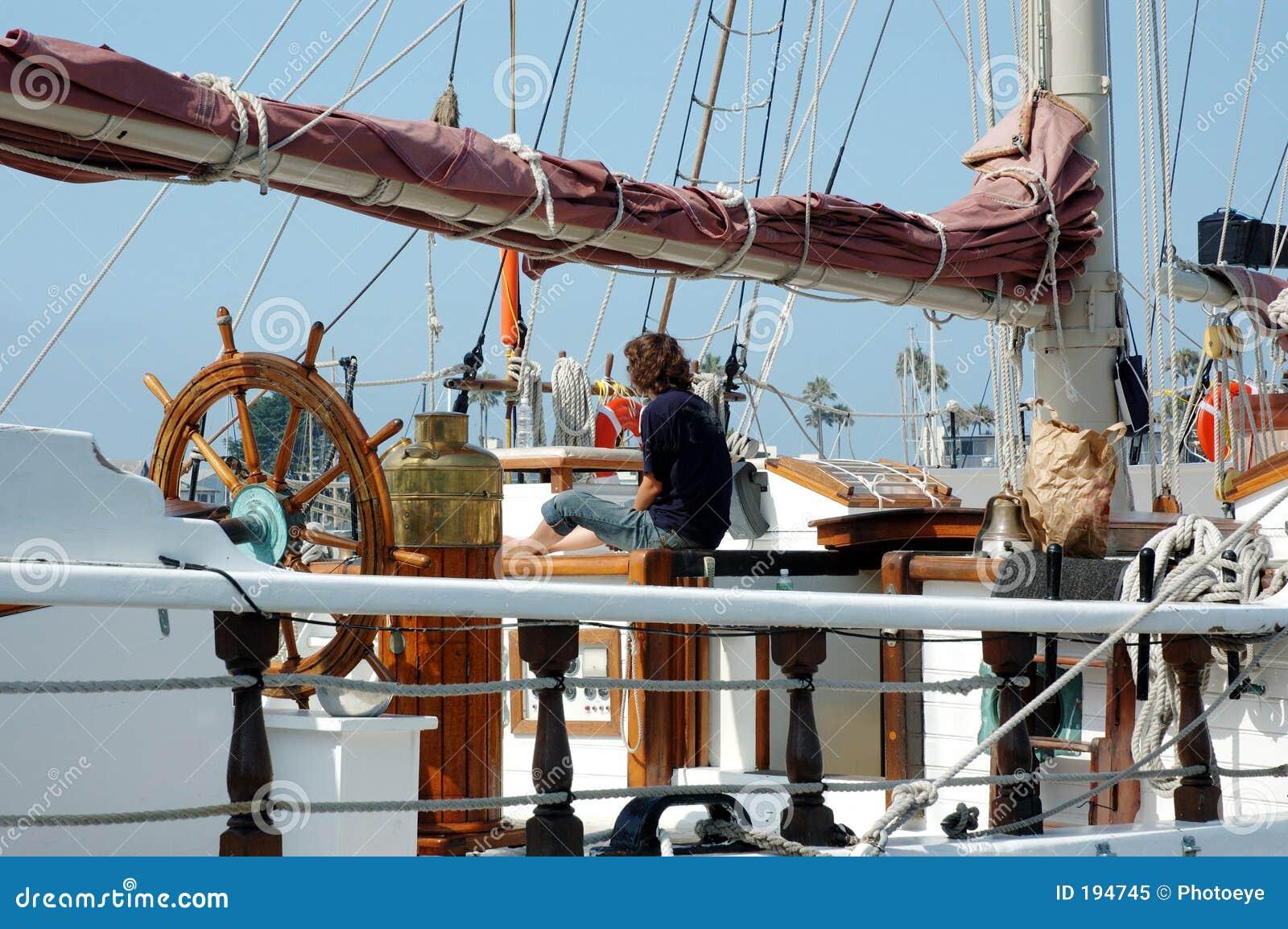 2个甲板高女孩的船