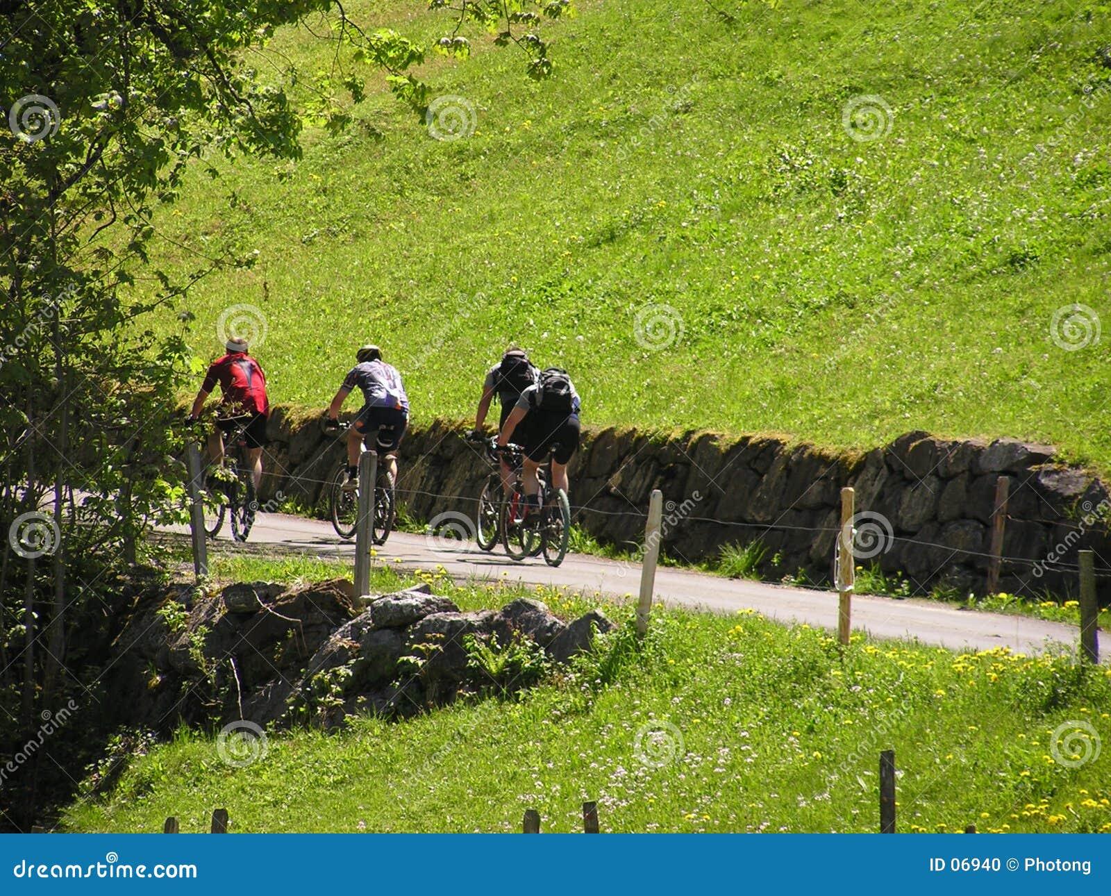 2个骑自行车者