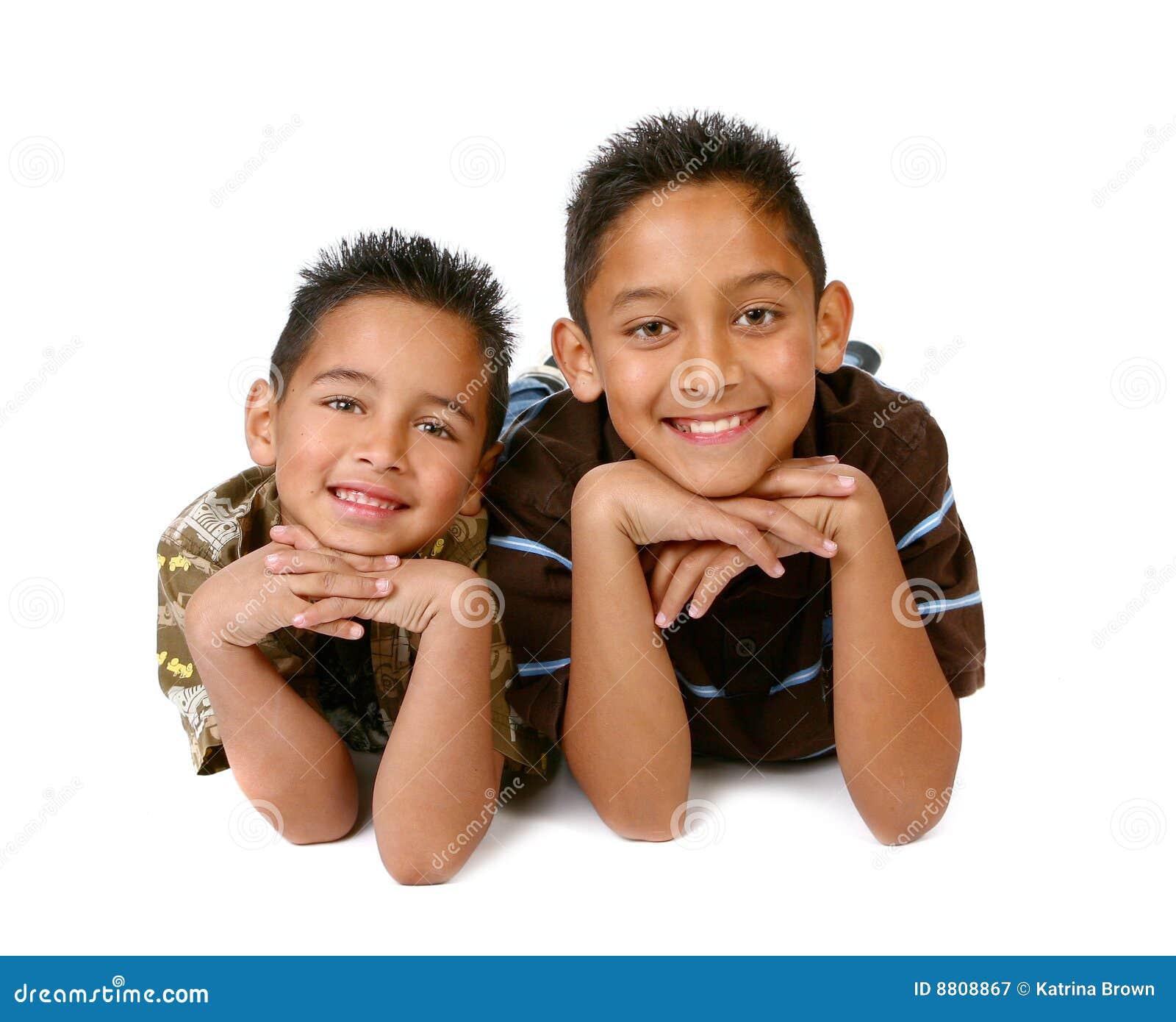 2 ισπανικές χαμογελώντας νεολαίες αδελφών