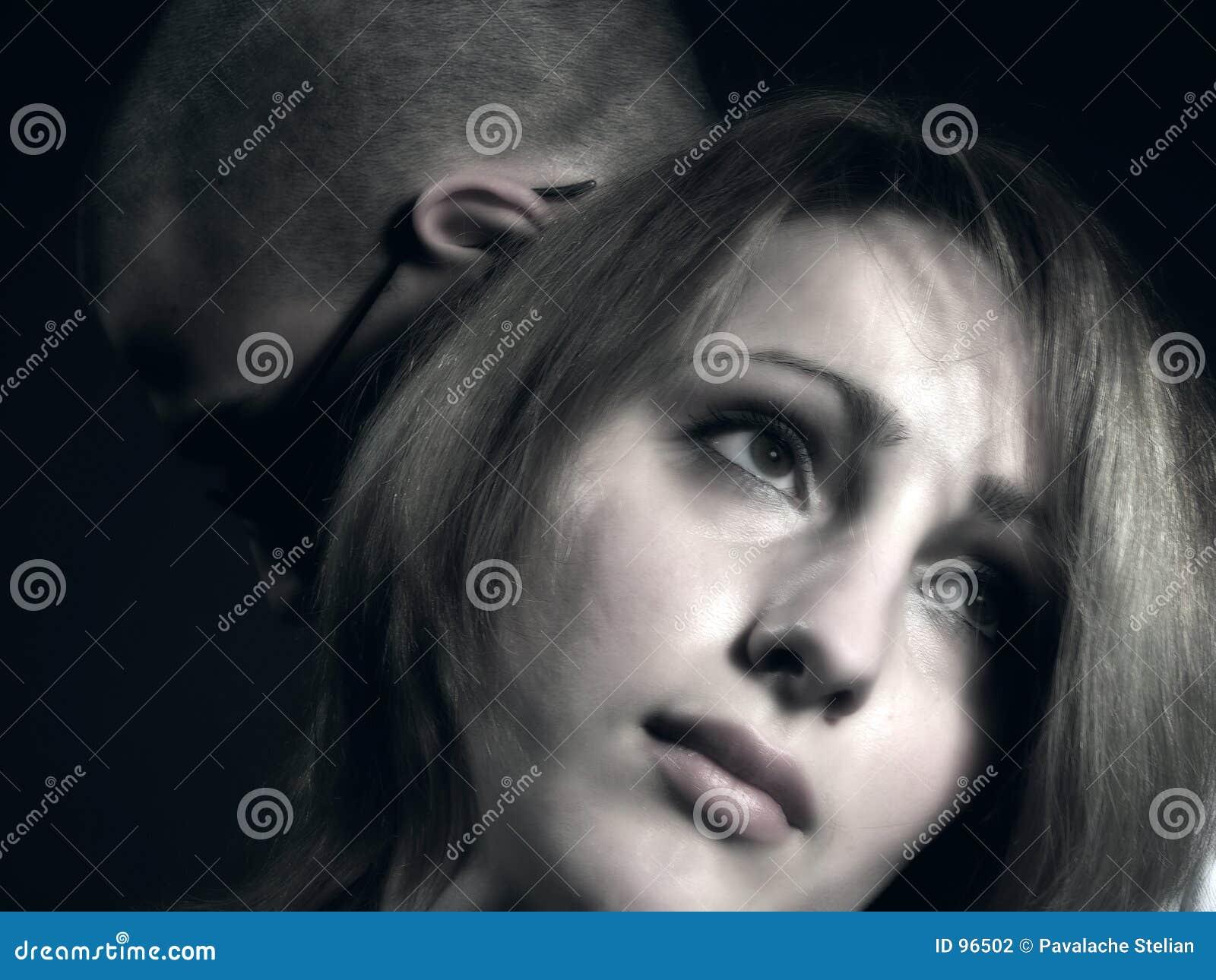 2 λυπημένες νεολαίες κοριτσιών ζευγών αγοριών