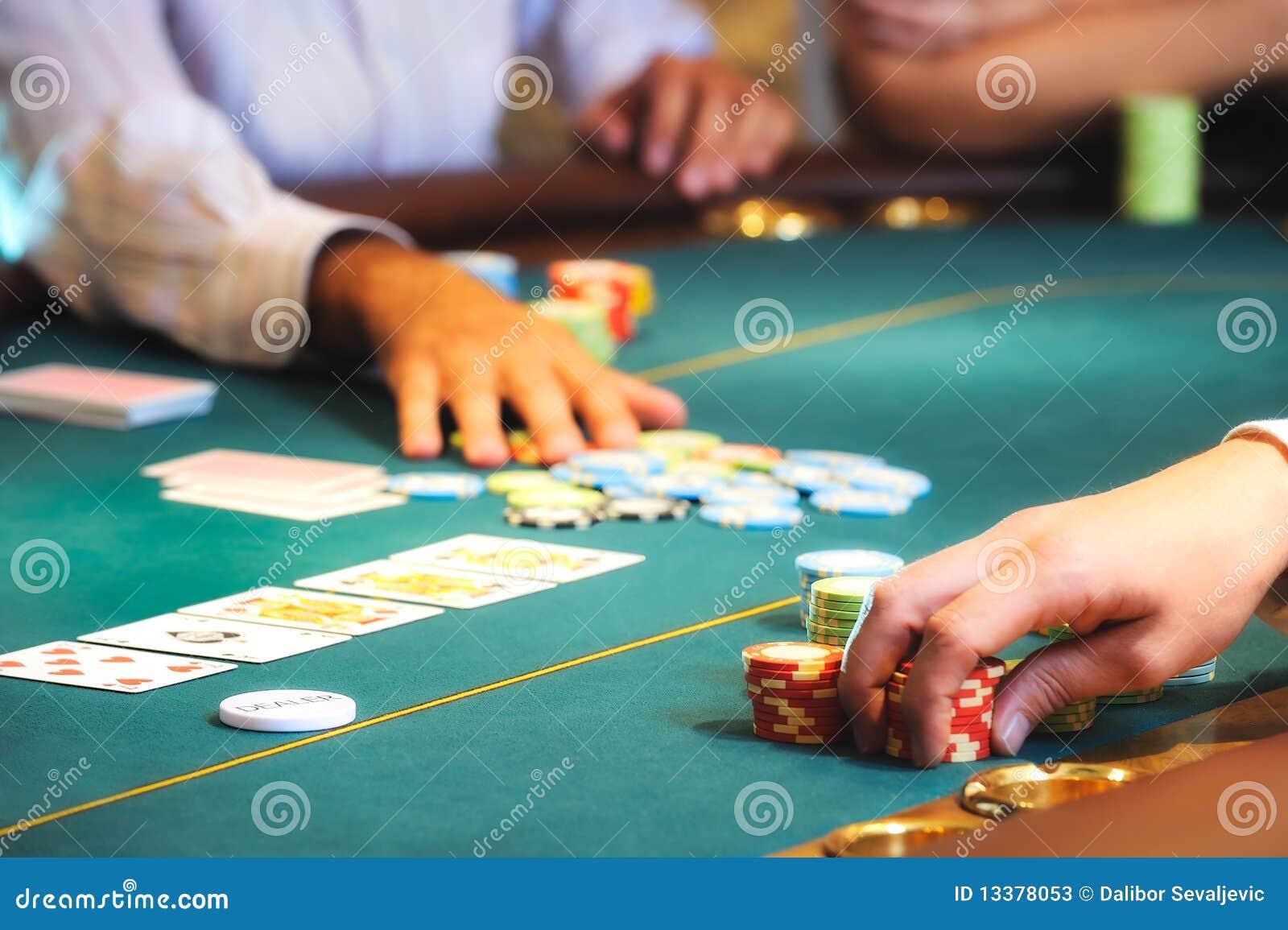 2 χέρια χαρτοπαικτικών λεσ