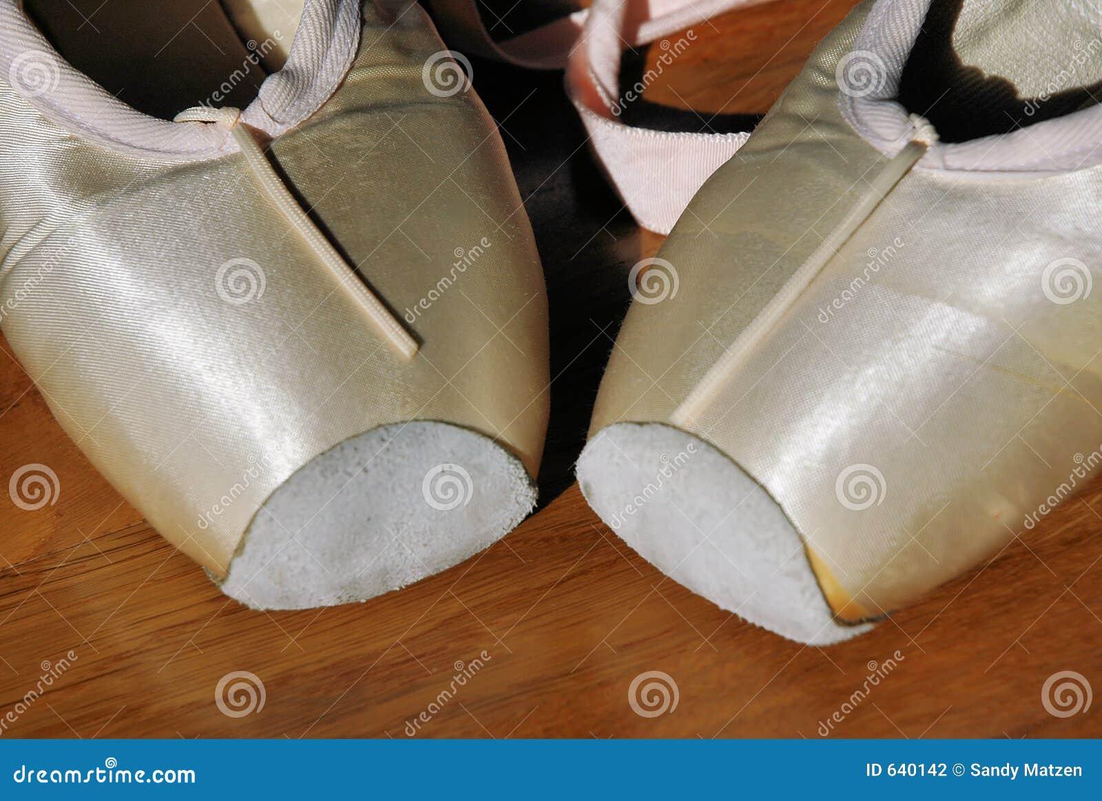 Download 2 ботинка балета стоковое фото. изображение насчитывающей сновидение - 640142