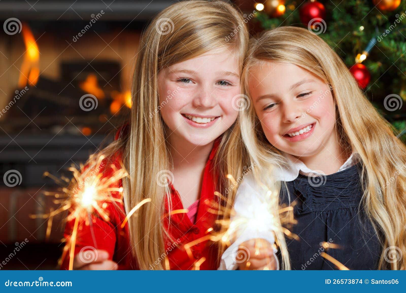2 девушки с sparklers