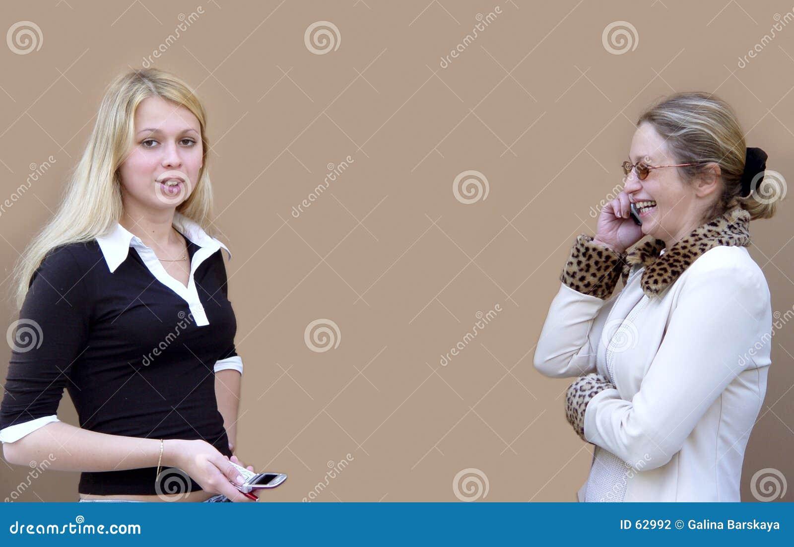 2 женщины телефонов