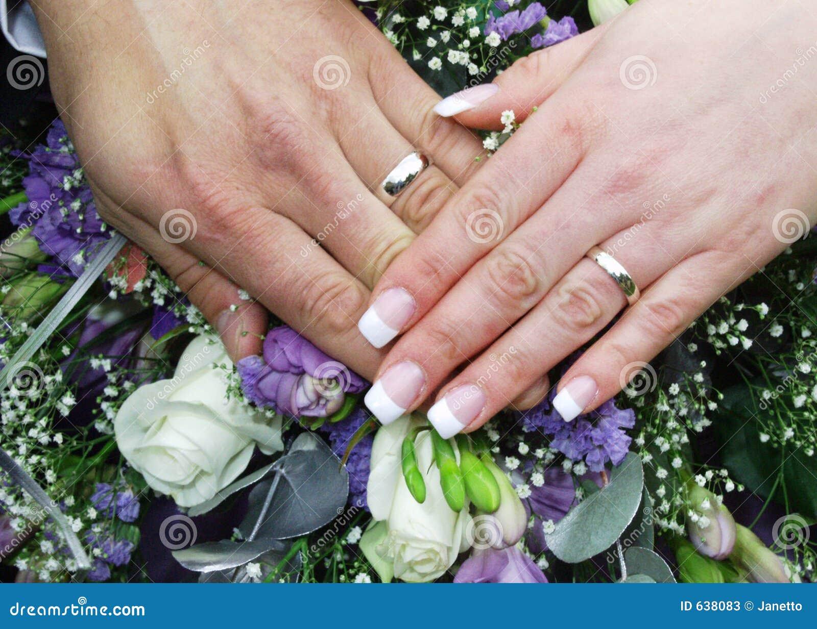 Download 2 кольца рук wedding стоковое изображение. изображение насчитывающей бело - 638083