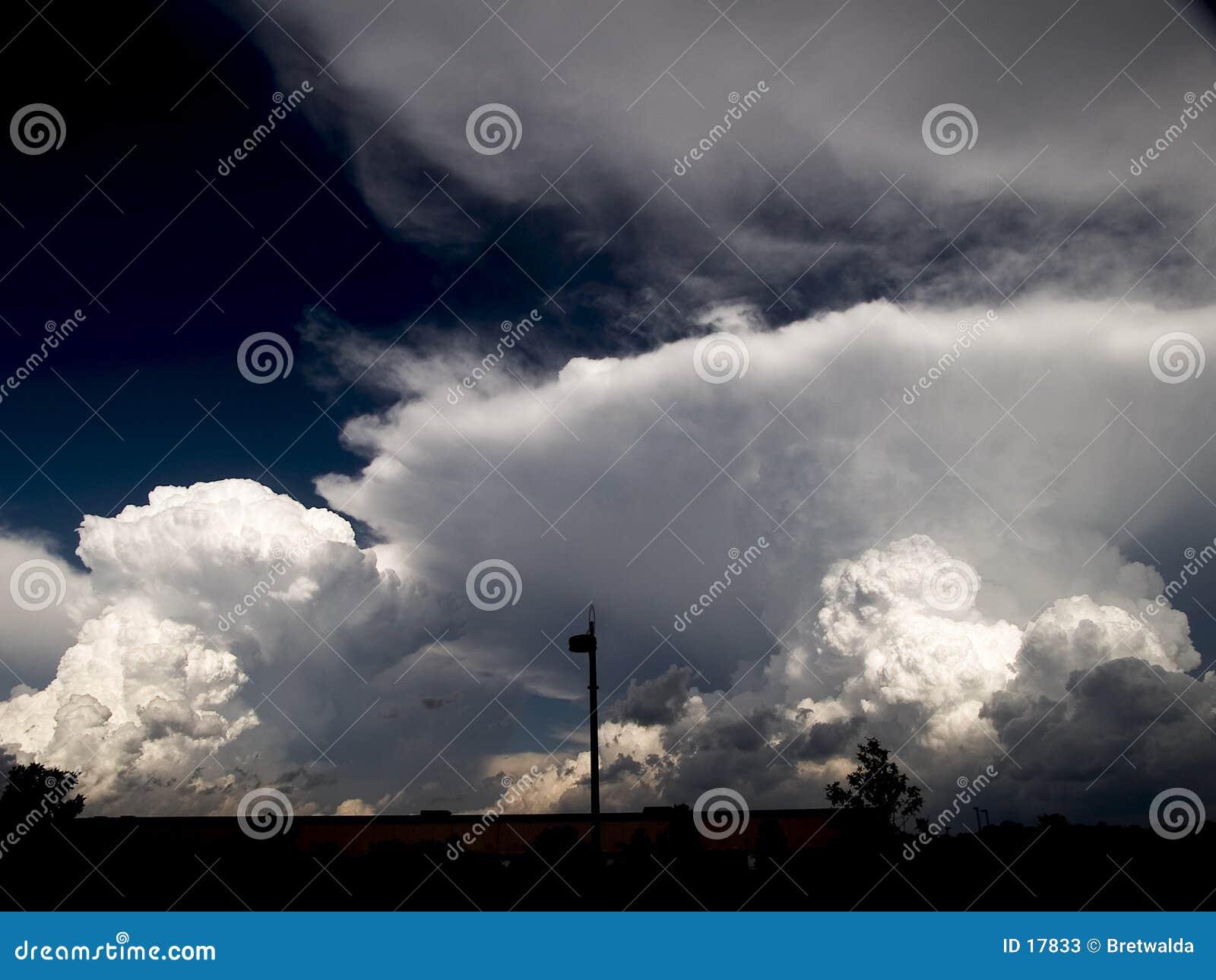 2朵云彩风暴