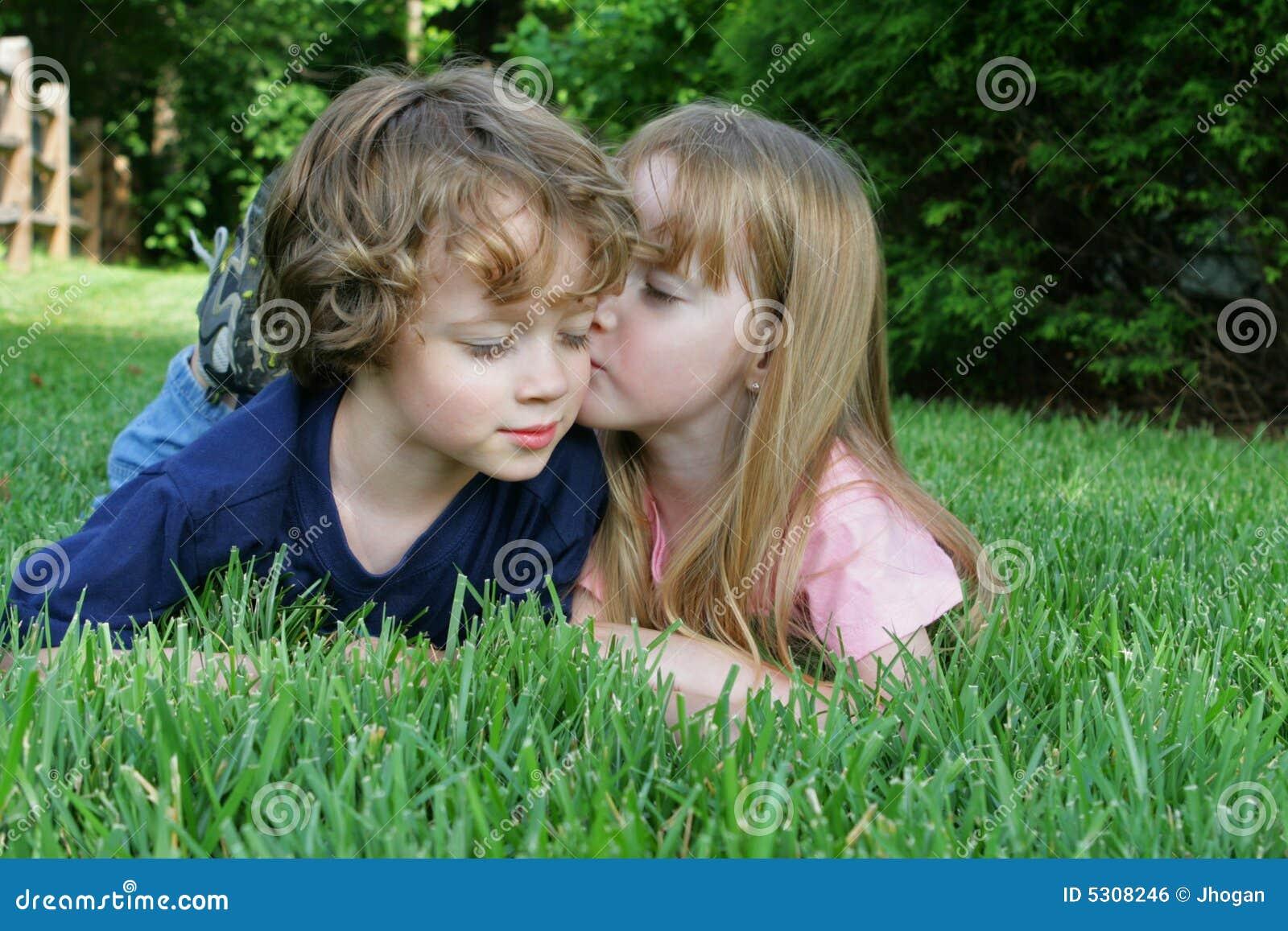 Download 2 bambini nell'erba fotografia stock. Immagine di divertimento - 5308246