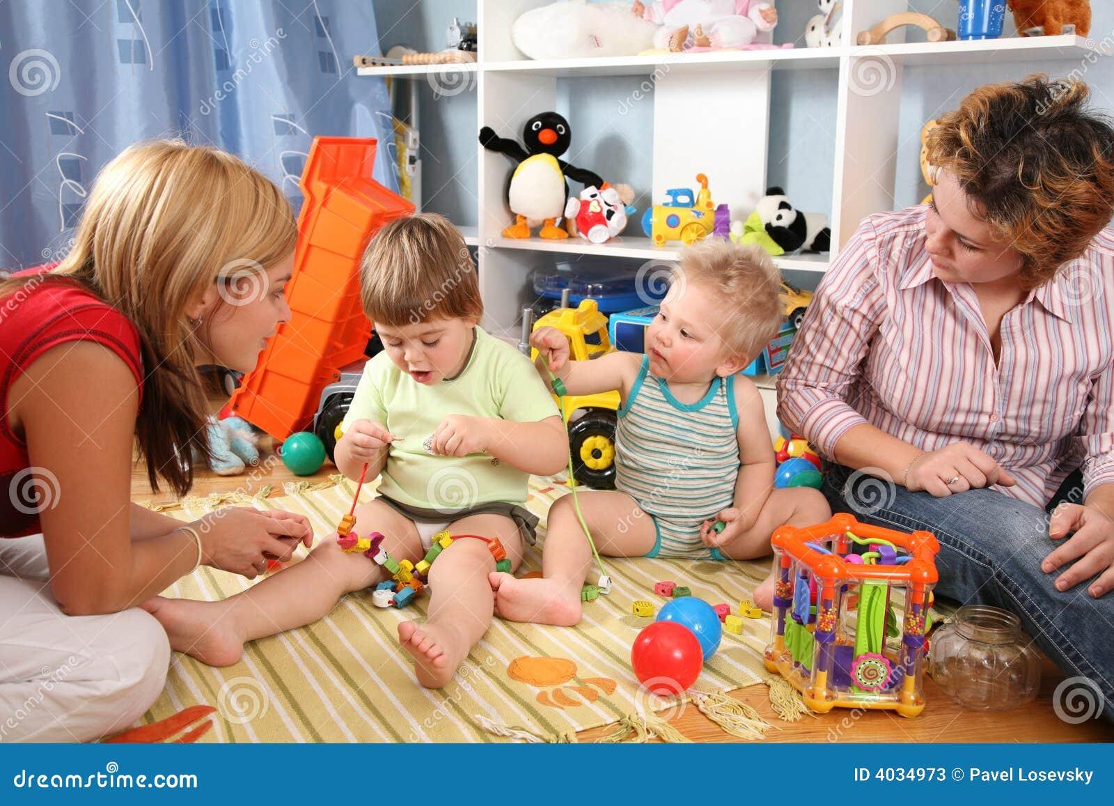 2 barnmödrar play playroom två