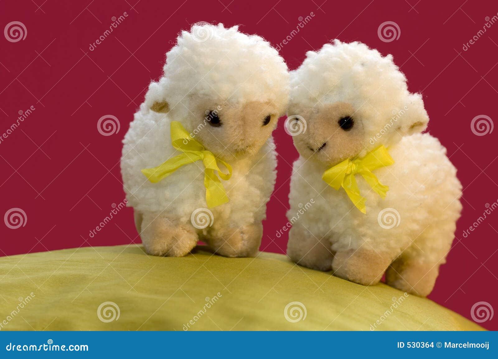 2 carneiros do brinquedo na mola