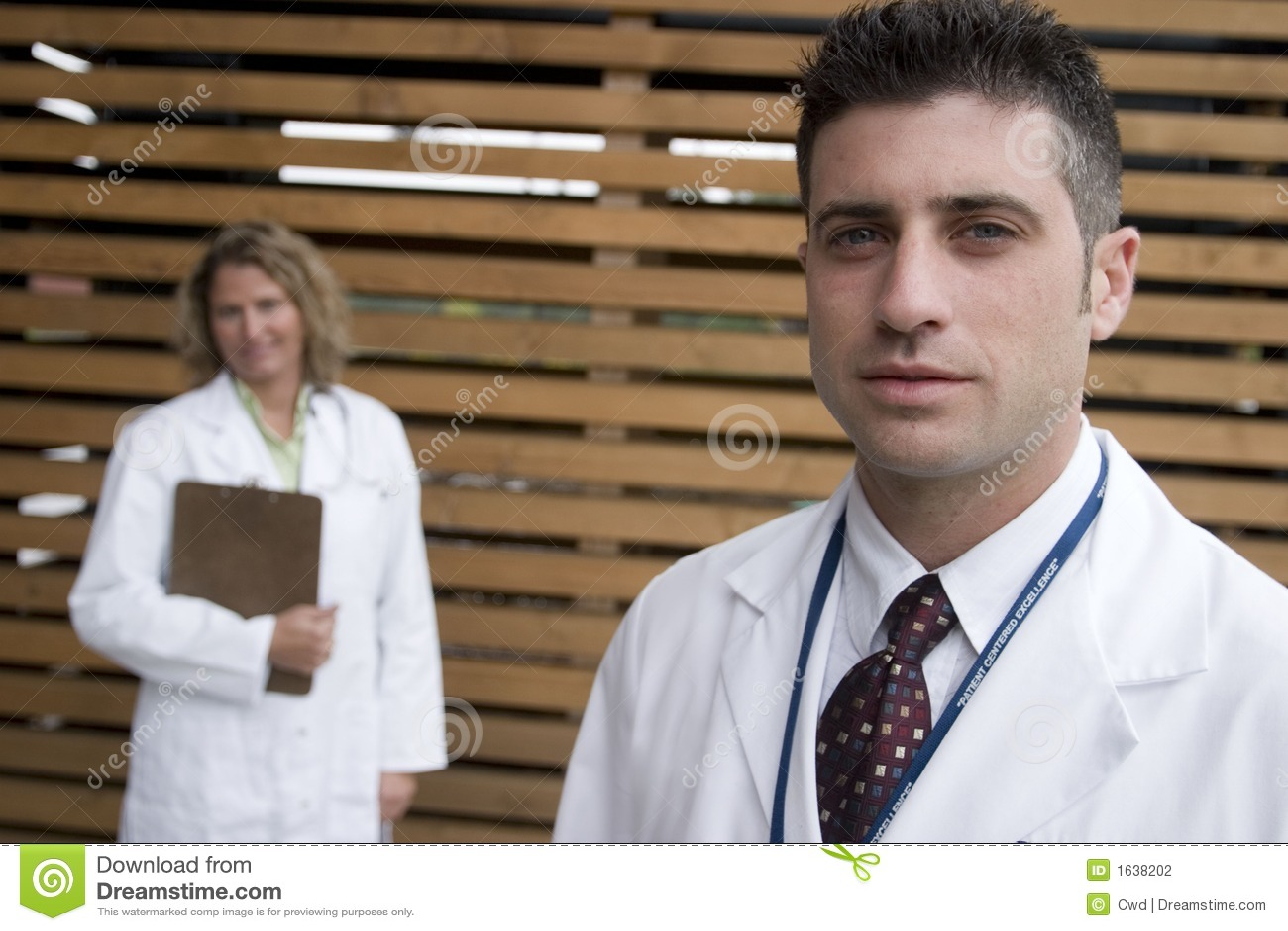 2 Doktoren außerhalb des Krankenhauses