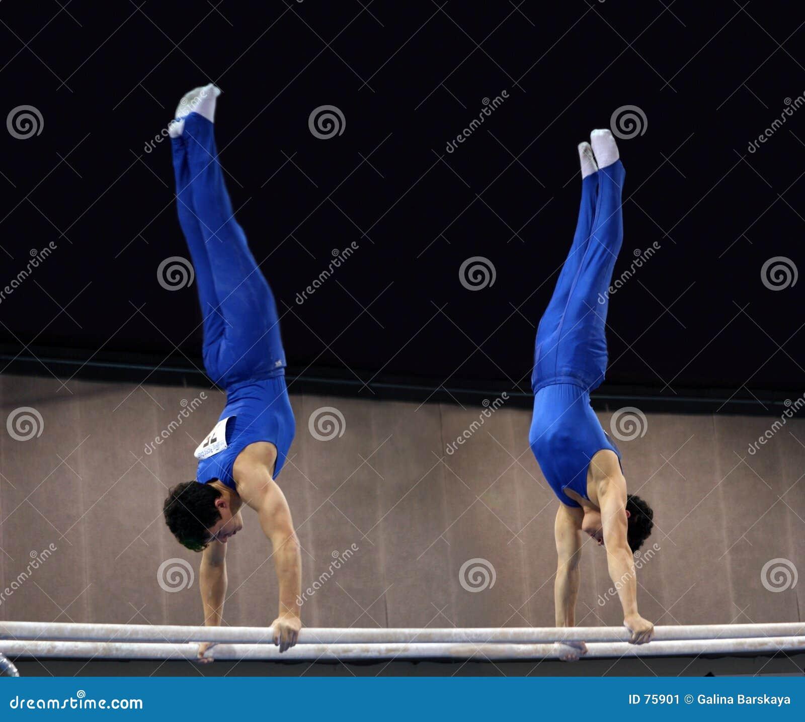 2 gymnastes sur les bars parallèles