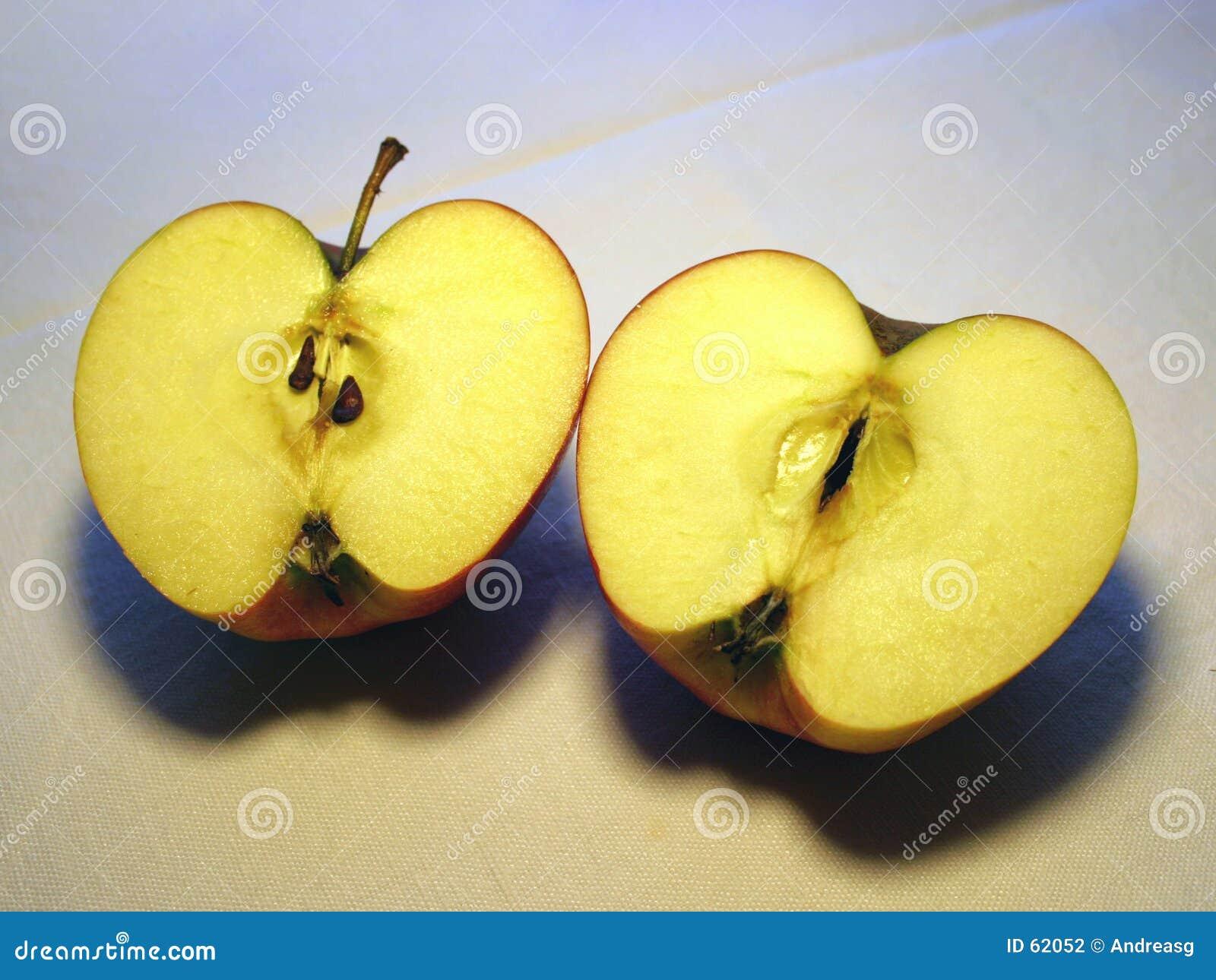 Download 2 halfs de pomme photo stock. Image du savoureux, detail - 62052