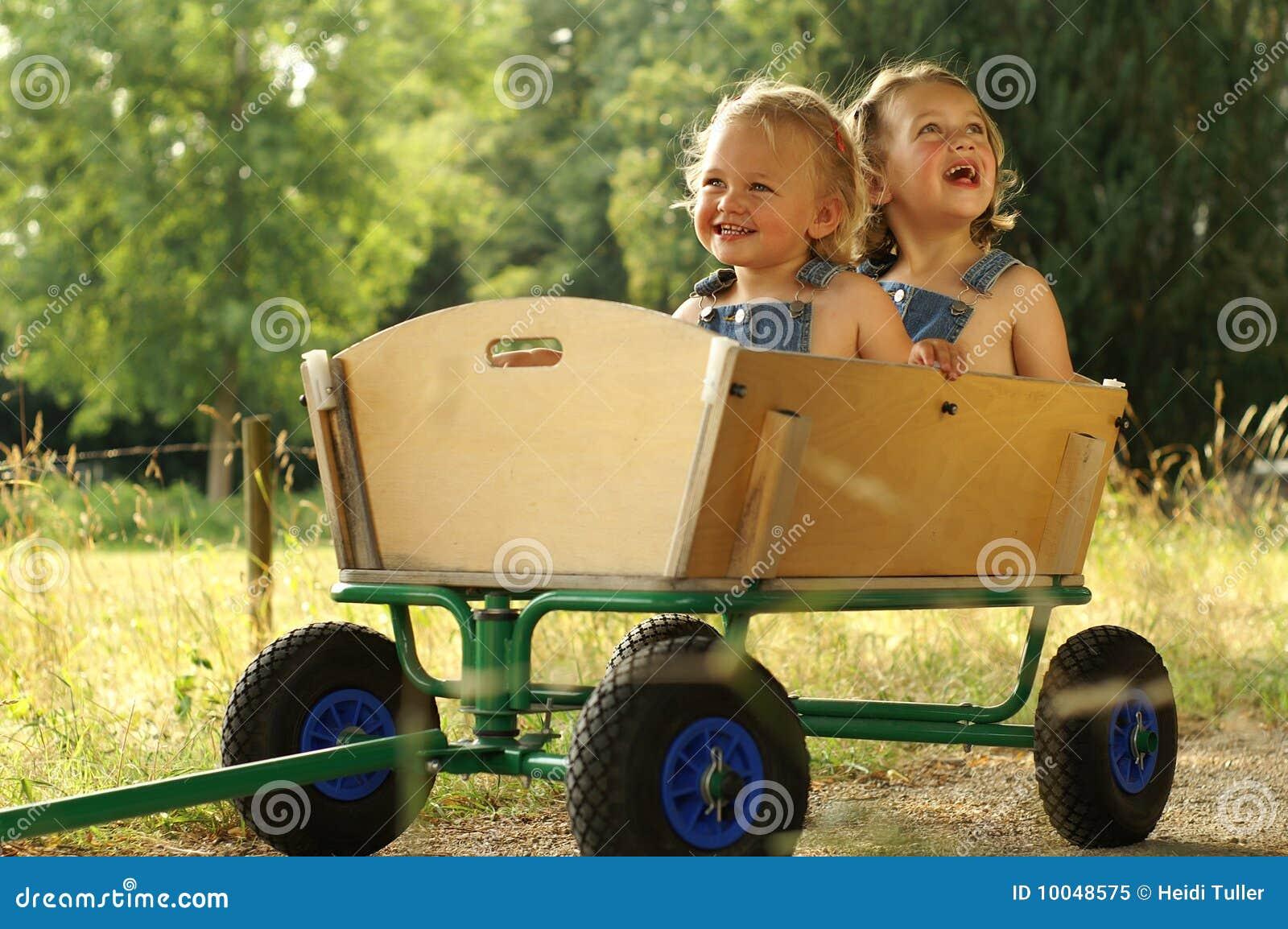 2 meninas bonitas em um vagão