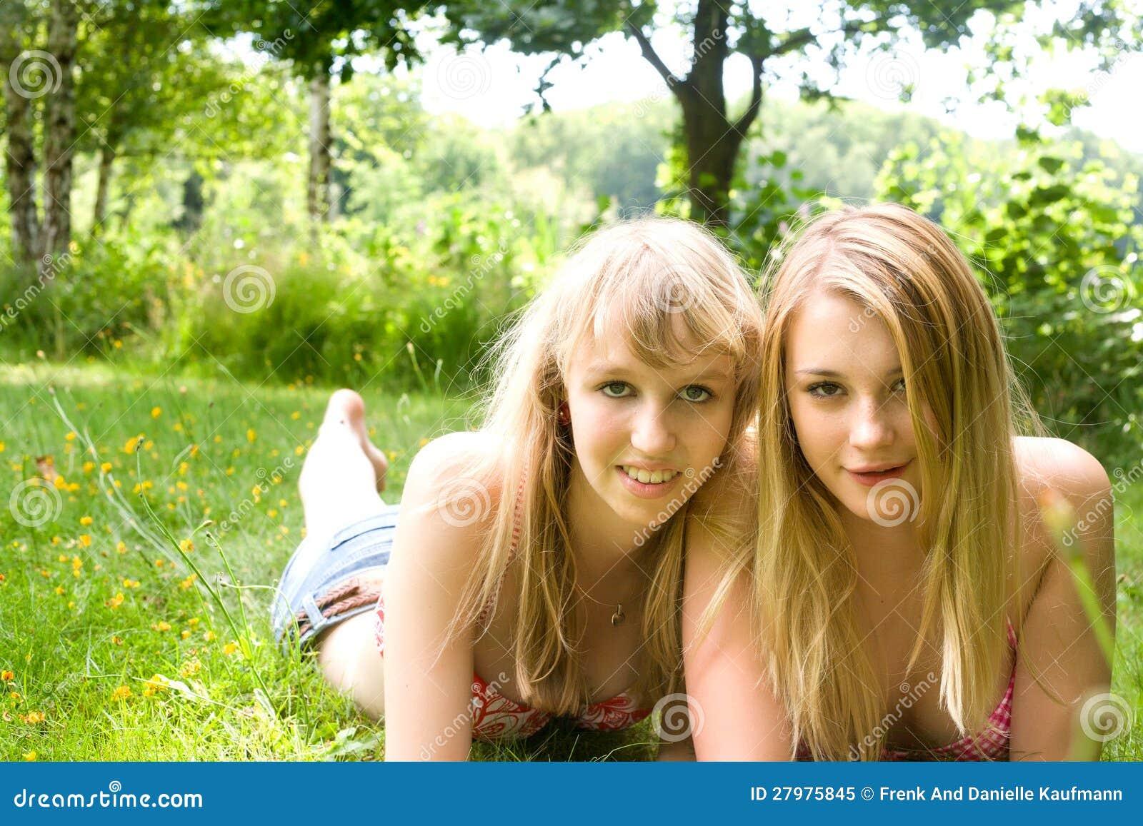 2 muchachas felices foto de archivo libre de regal as imagen 27975845 - Tiener meisje foto ...