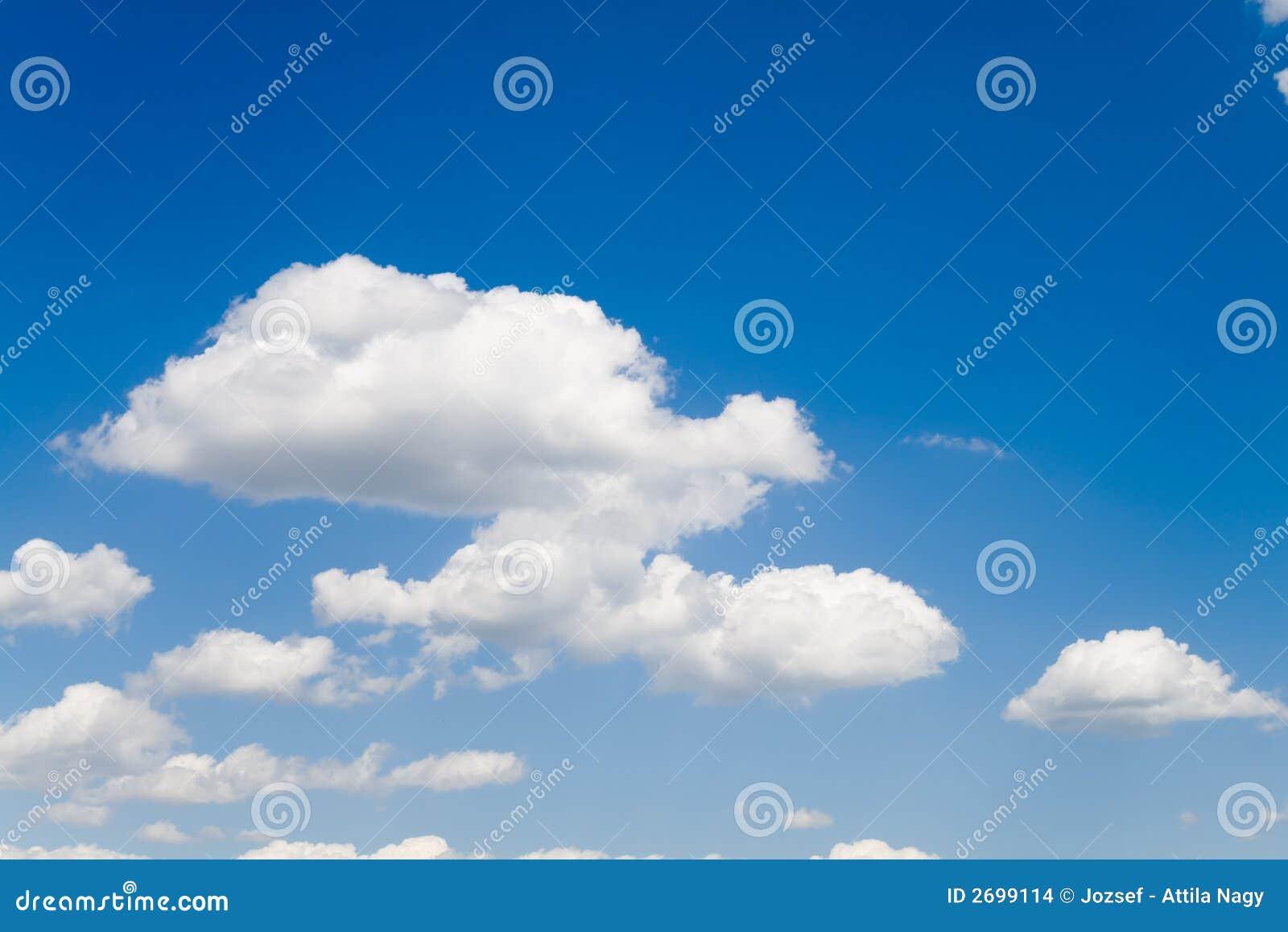 2 nieba niebieskie białe chmury
